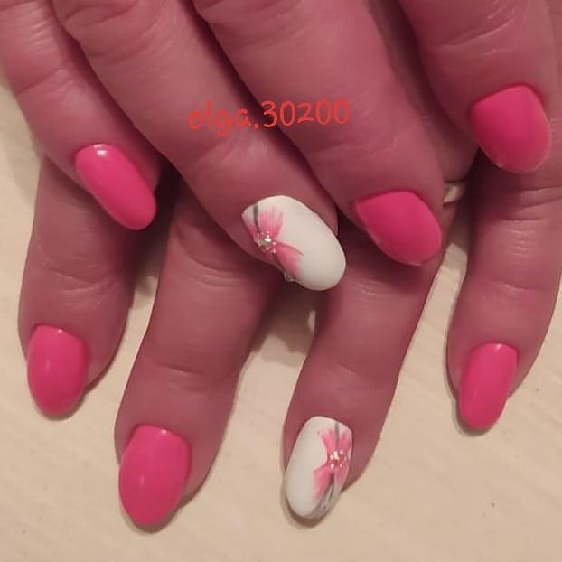 Маникюр с рисунком розовый белый