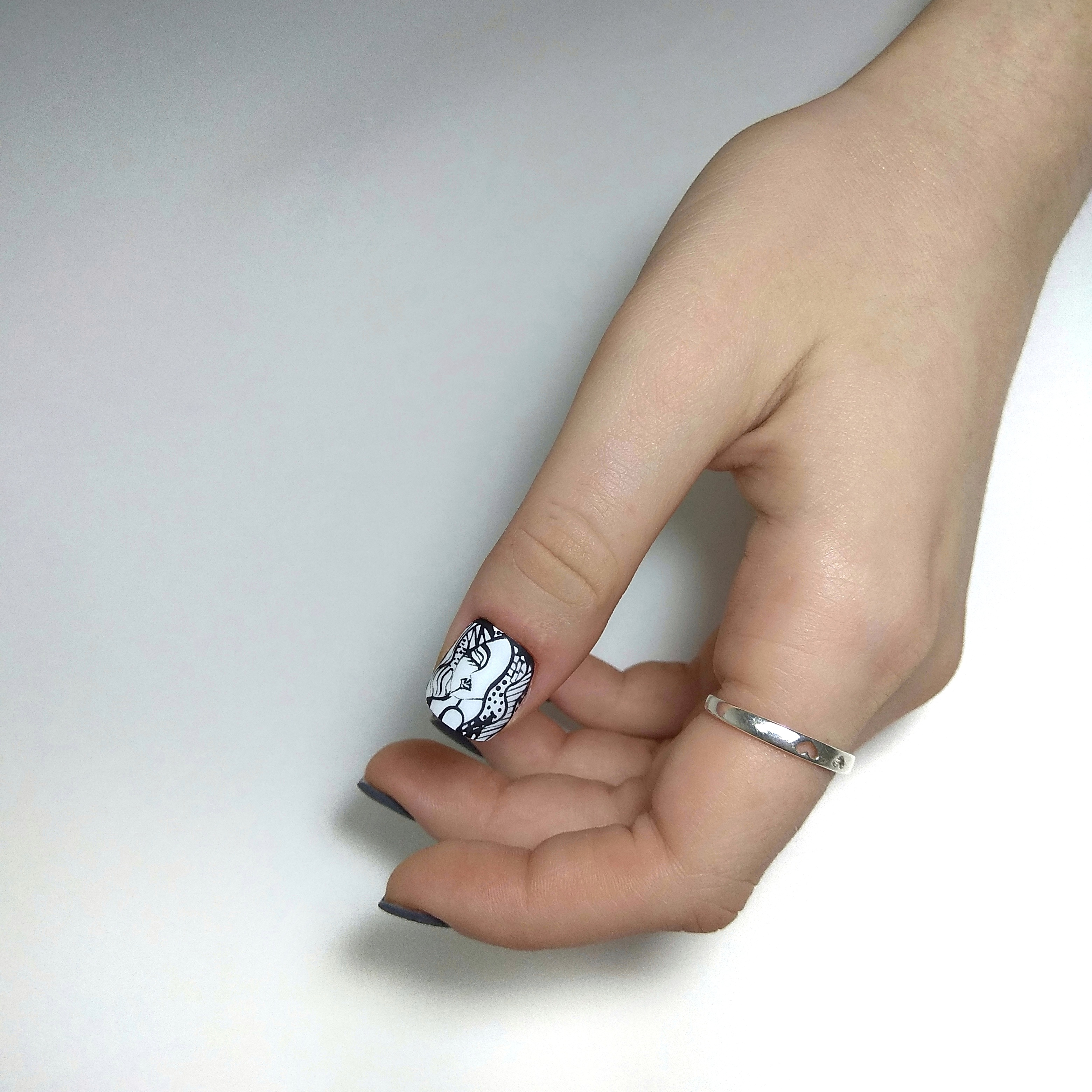 Маникюр с рисунком в сером цвете на короткие ногти.