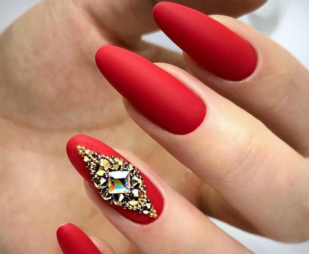 Матовый маникюр со стразами в бордовом цвете на длинные ногти.
