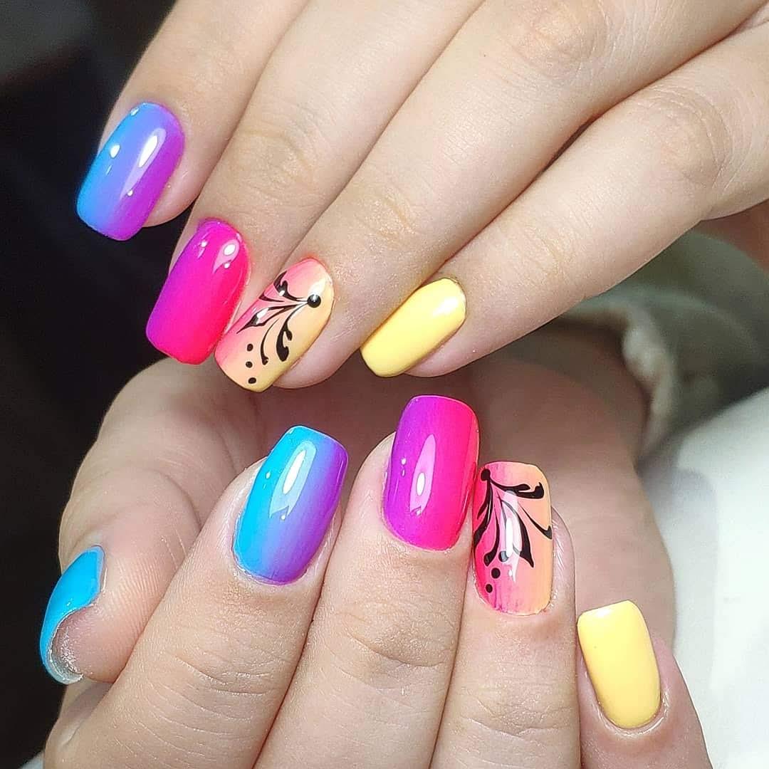 Разноцветный глянцевый маникюр с ярким градиентом и рисунками.