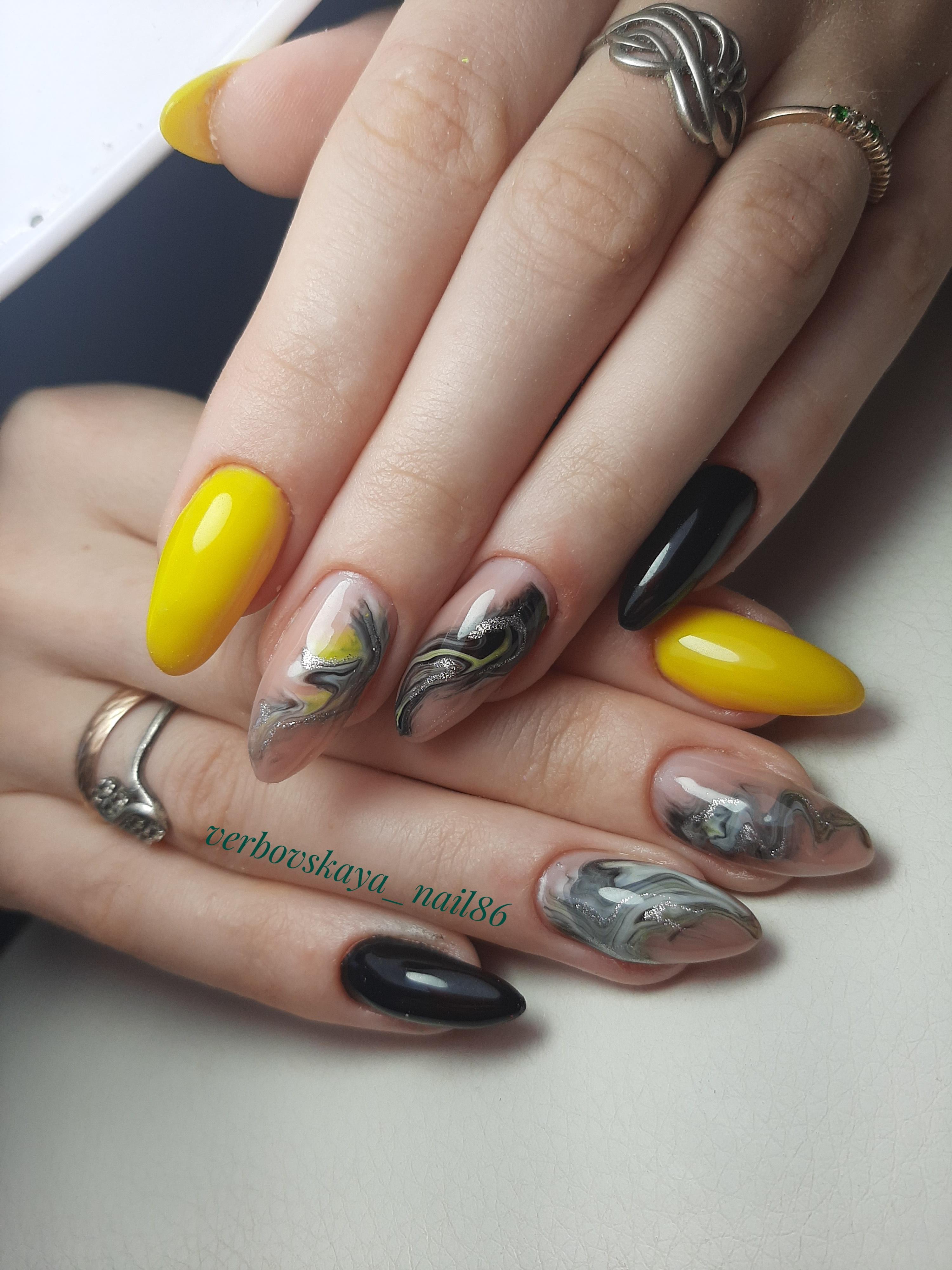 Маникюр с морским дизайном и блестками на длинные ногти.