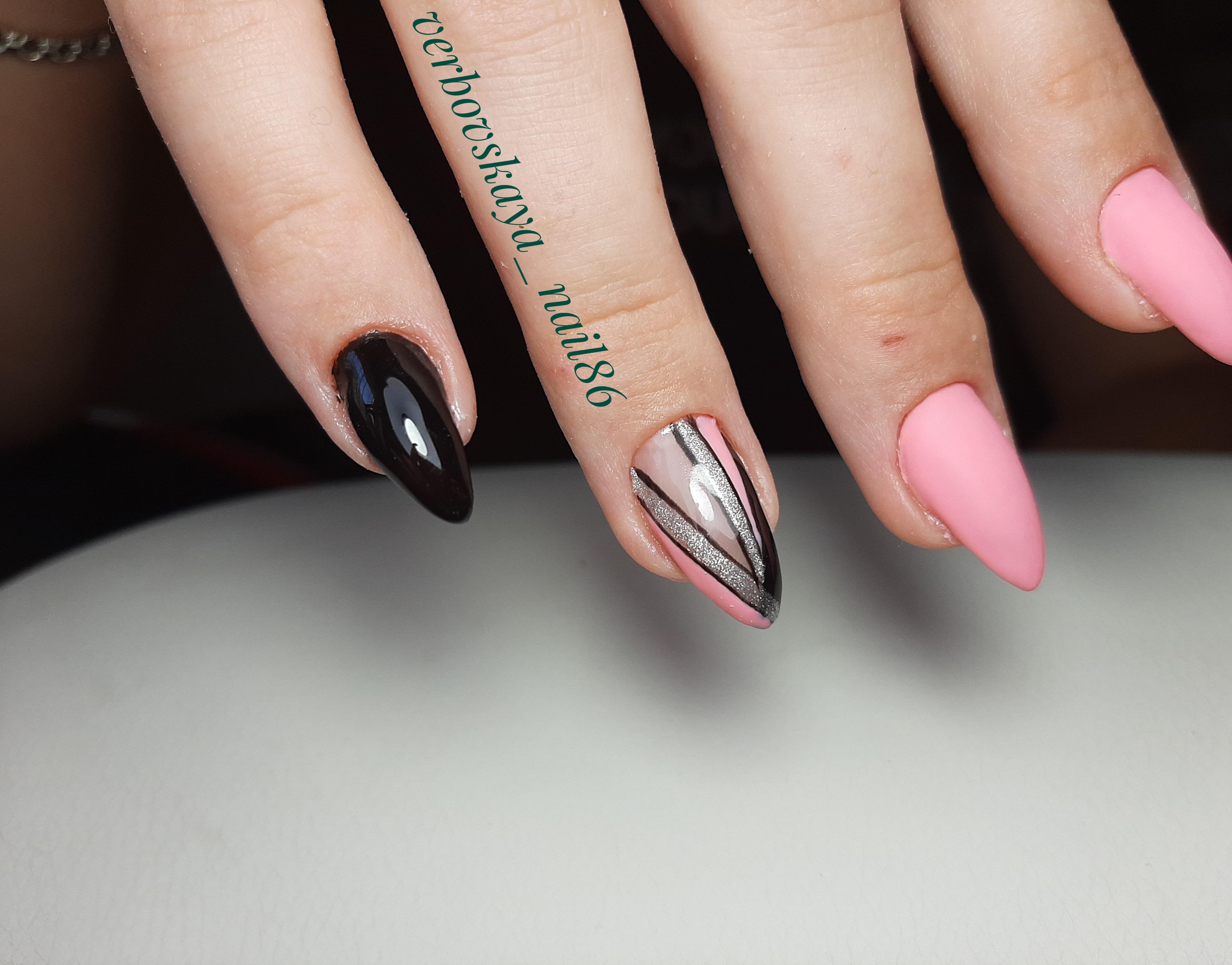 Геометрический маникюр с серебряными блестками в розовом цвете на длинные ногти.