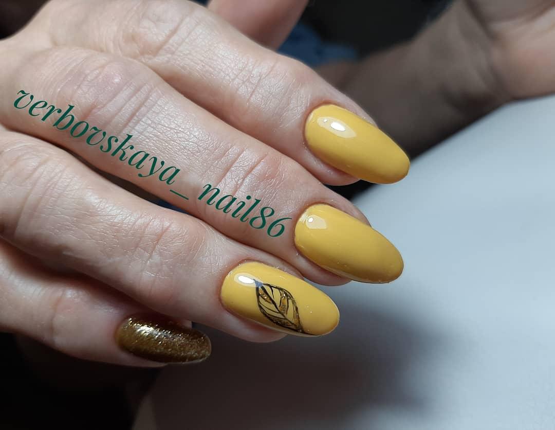 Желтый дизайн ногтей с рисунком и блестками