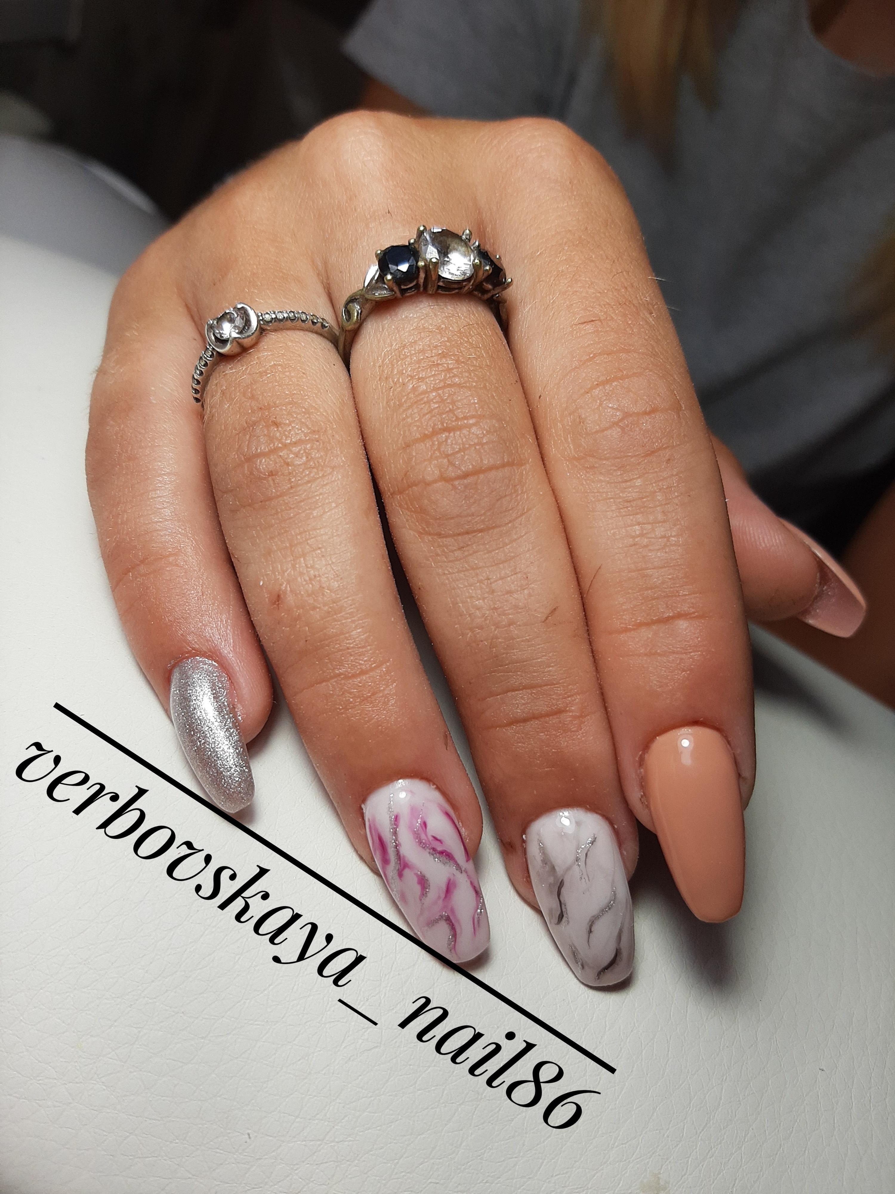 Маникюр с мраморным дизайном и блестками на длинные ногти.