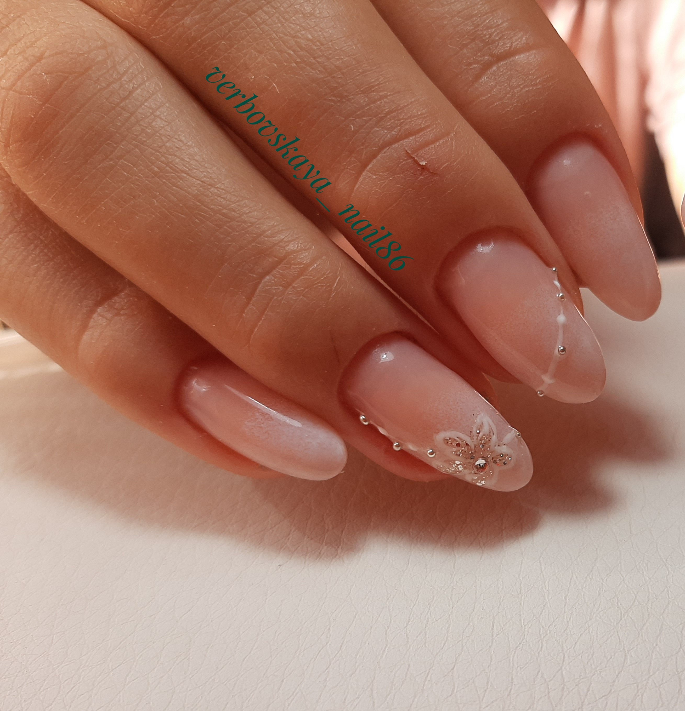 Нюдовый маникюр с цветочным рисунком и градиентом на длинные ногти.