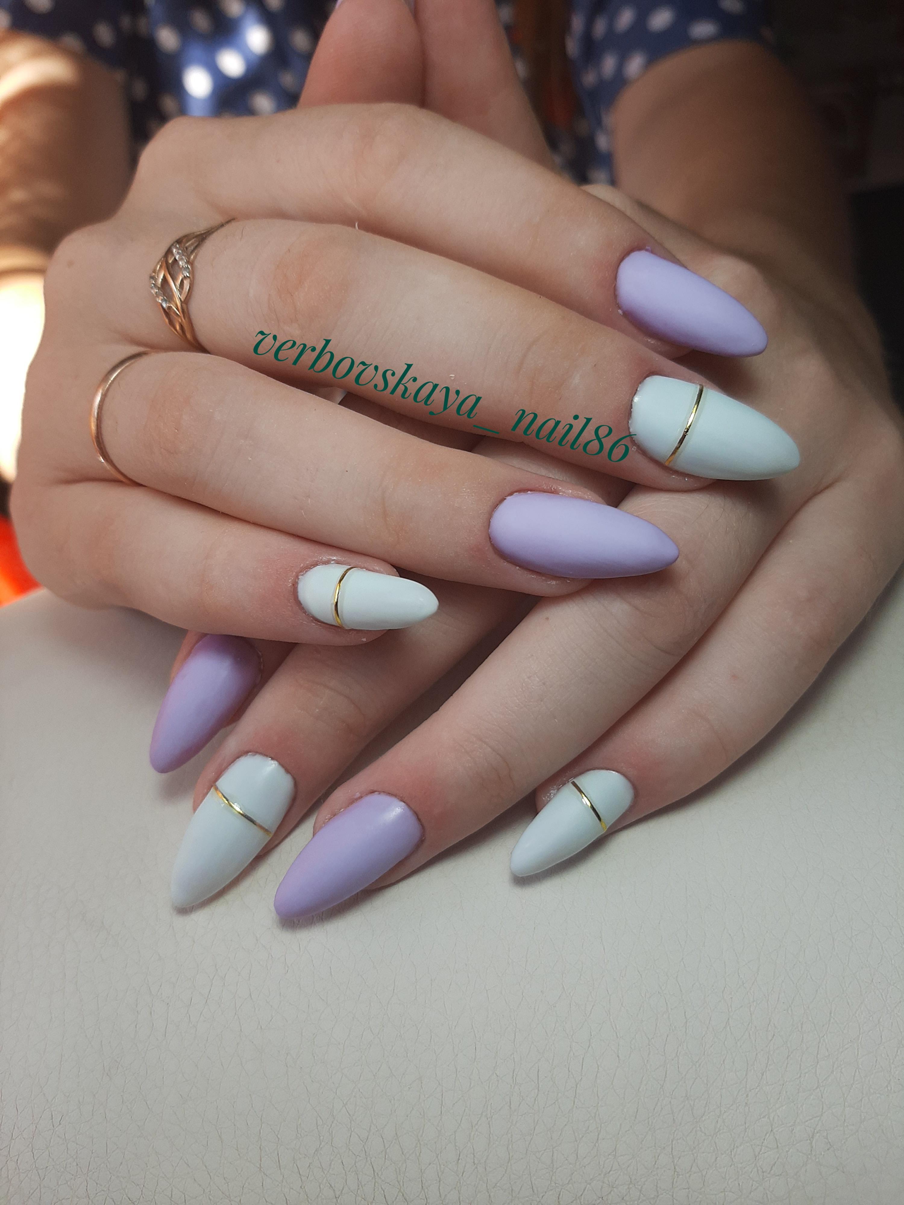 Матовый маникюр с золотыми полосками в пастельных тонах на длинные ногти.
