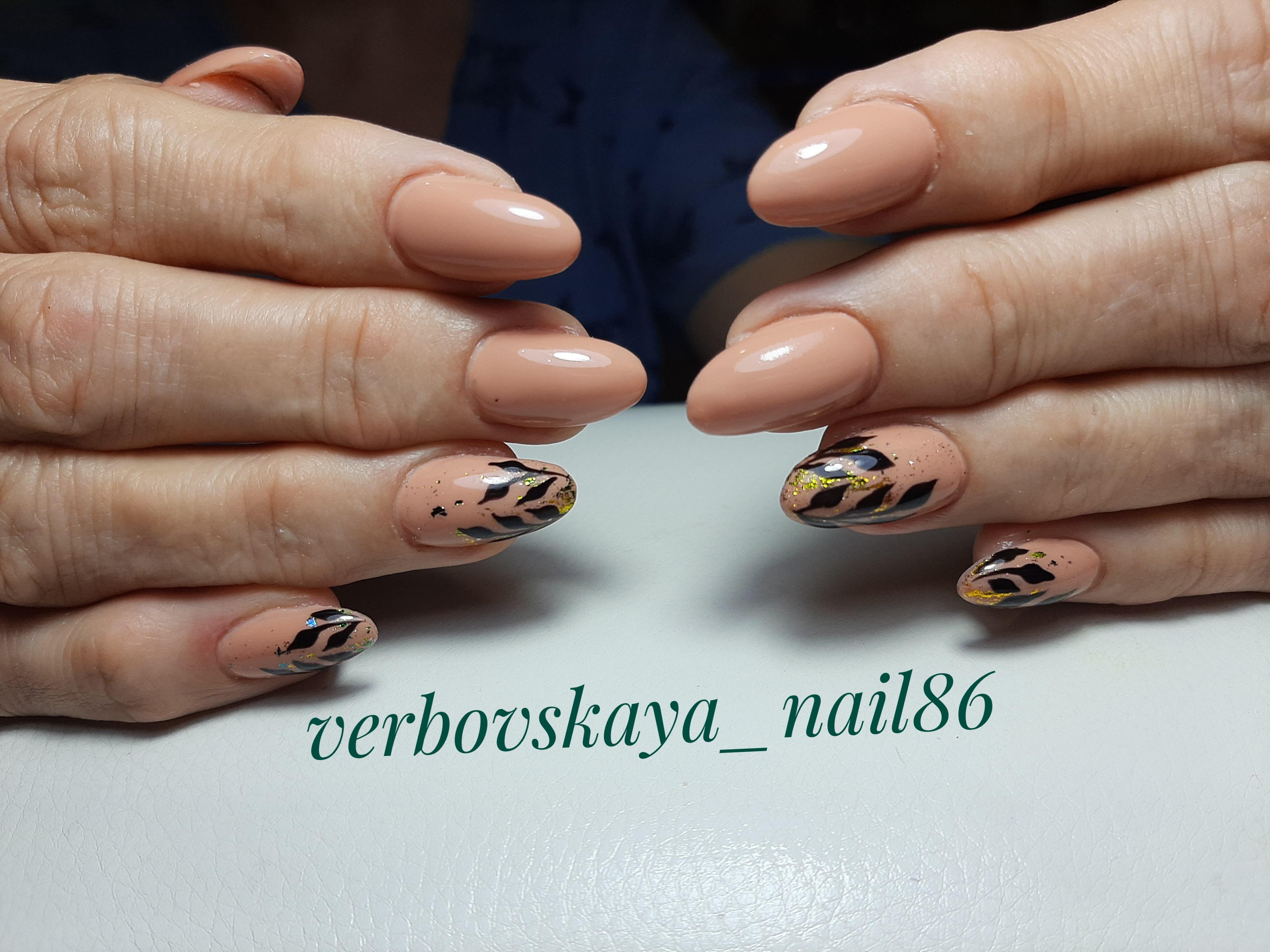 Маникюр с растительным рисунком в персиковом цвете на длинные ногти.