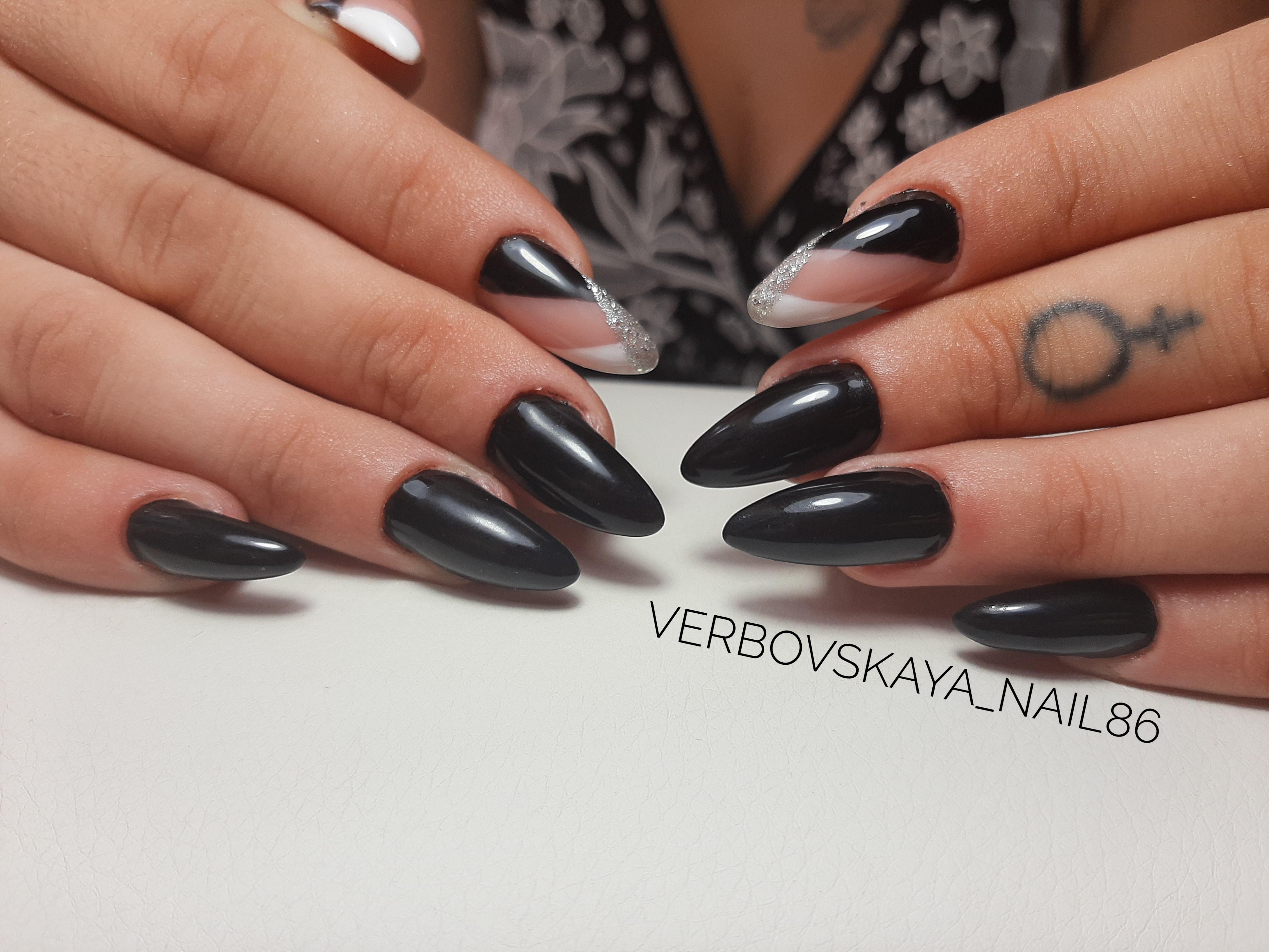 Геометрический маникюр с серебряными блестками в черном цвете на длинные ногти.