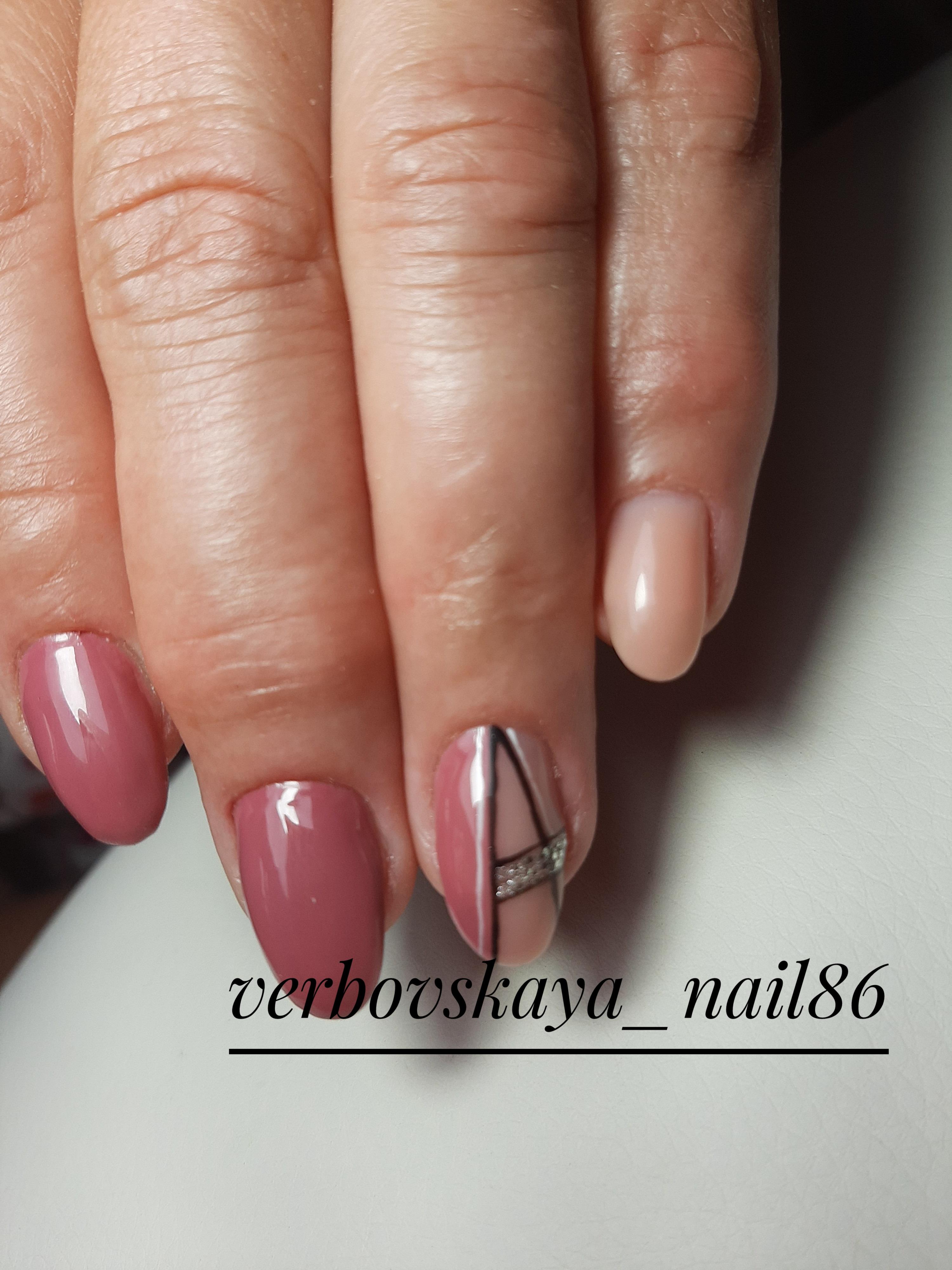 Геометрический маникюр с серебряными блестками в лиловом цвете на короткие ногти.