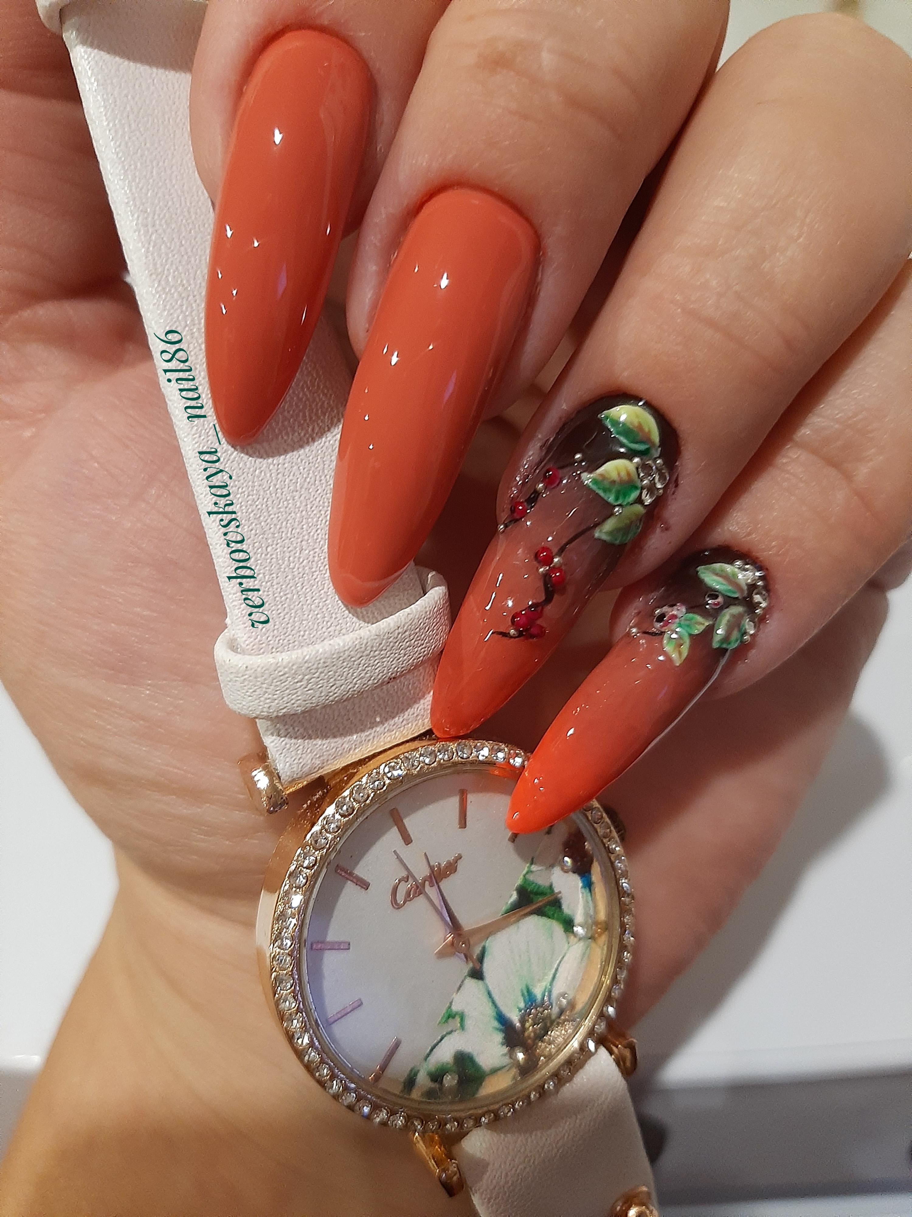 Маникюр с цветочной лепкой и стразами в рыжем цвете на длинные ногти.