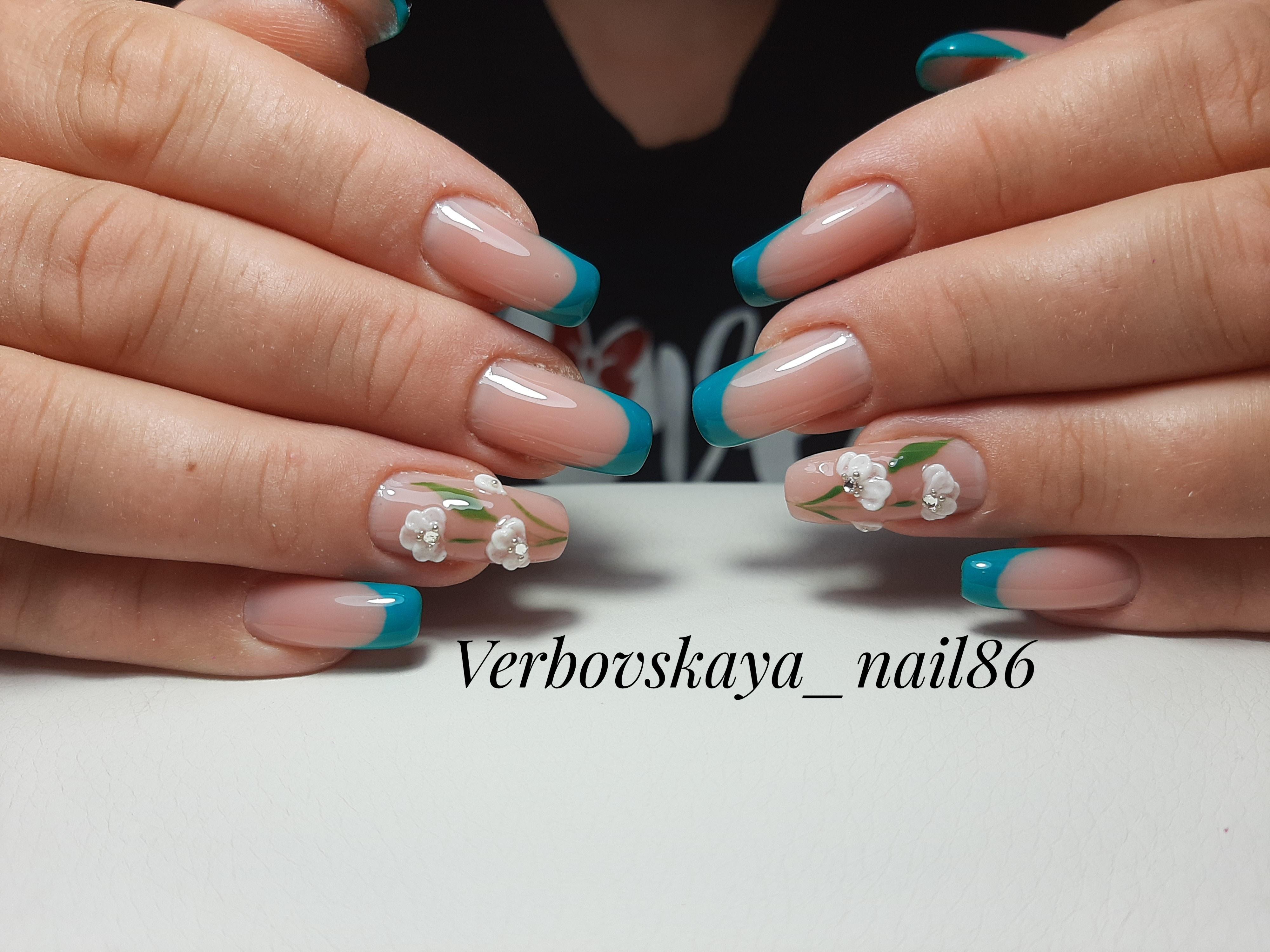 Френч с цветочной лепкой на длинные ногти.