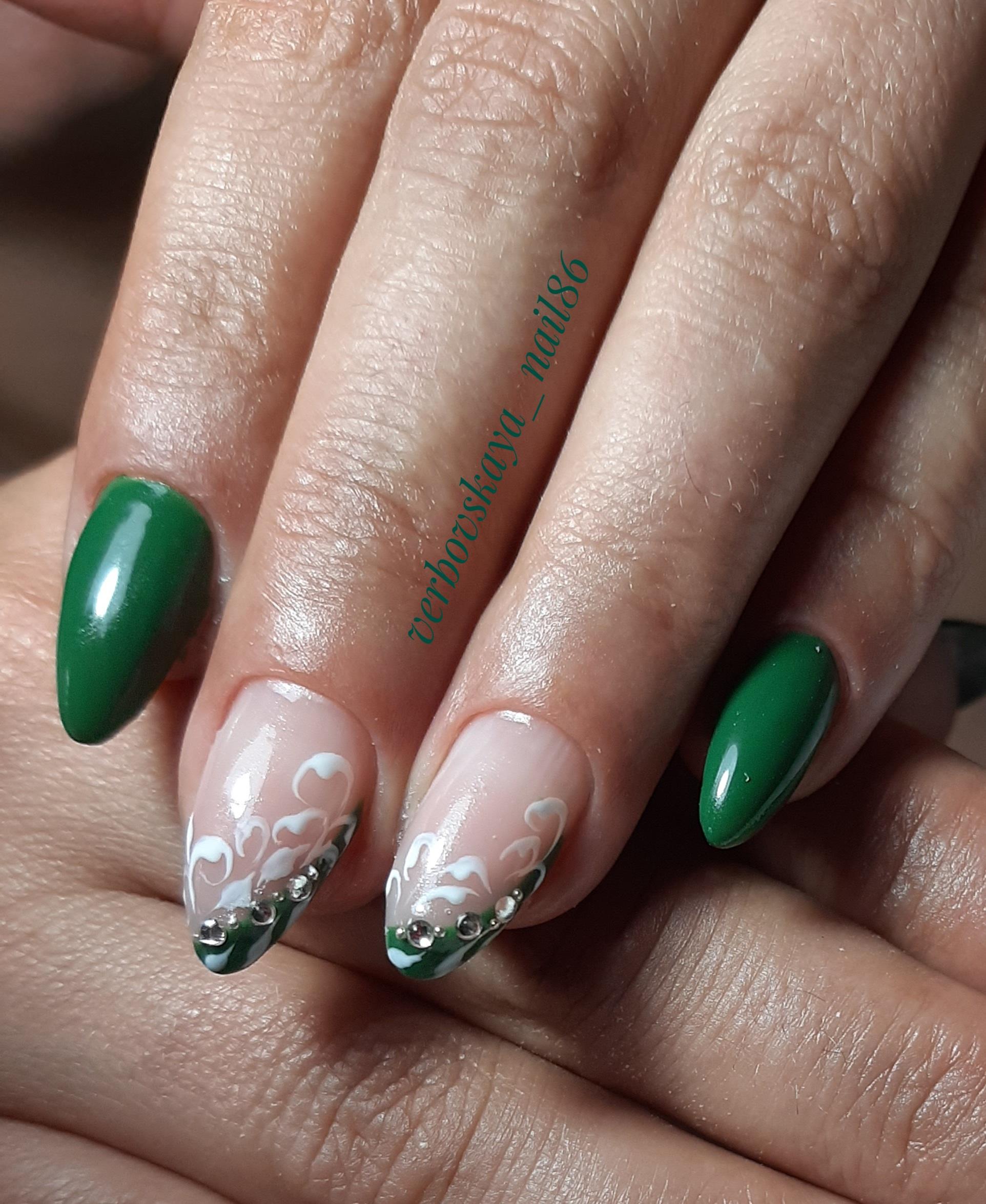 Маникюр с френч-дизайном, вензелями и стразами в зеленом цвете на короткие ногти.