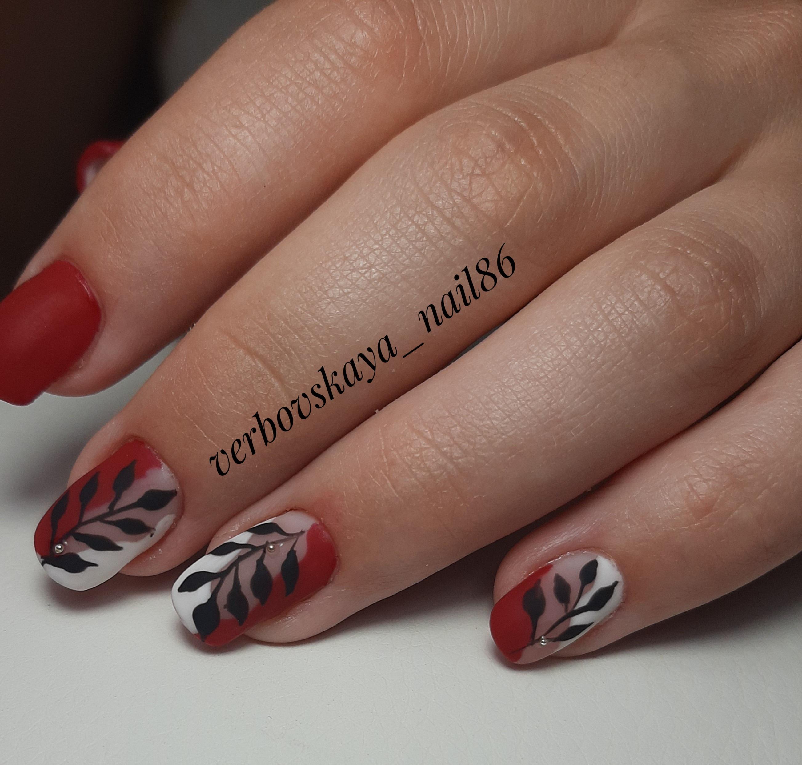 Матовый маникюр с растительным рисунком в бордовом цвете на короткие ногти.