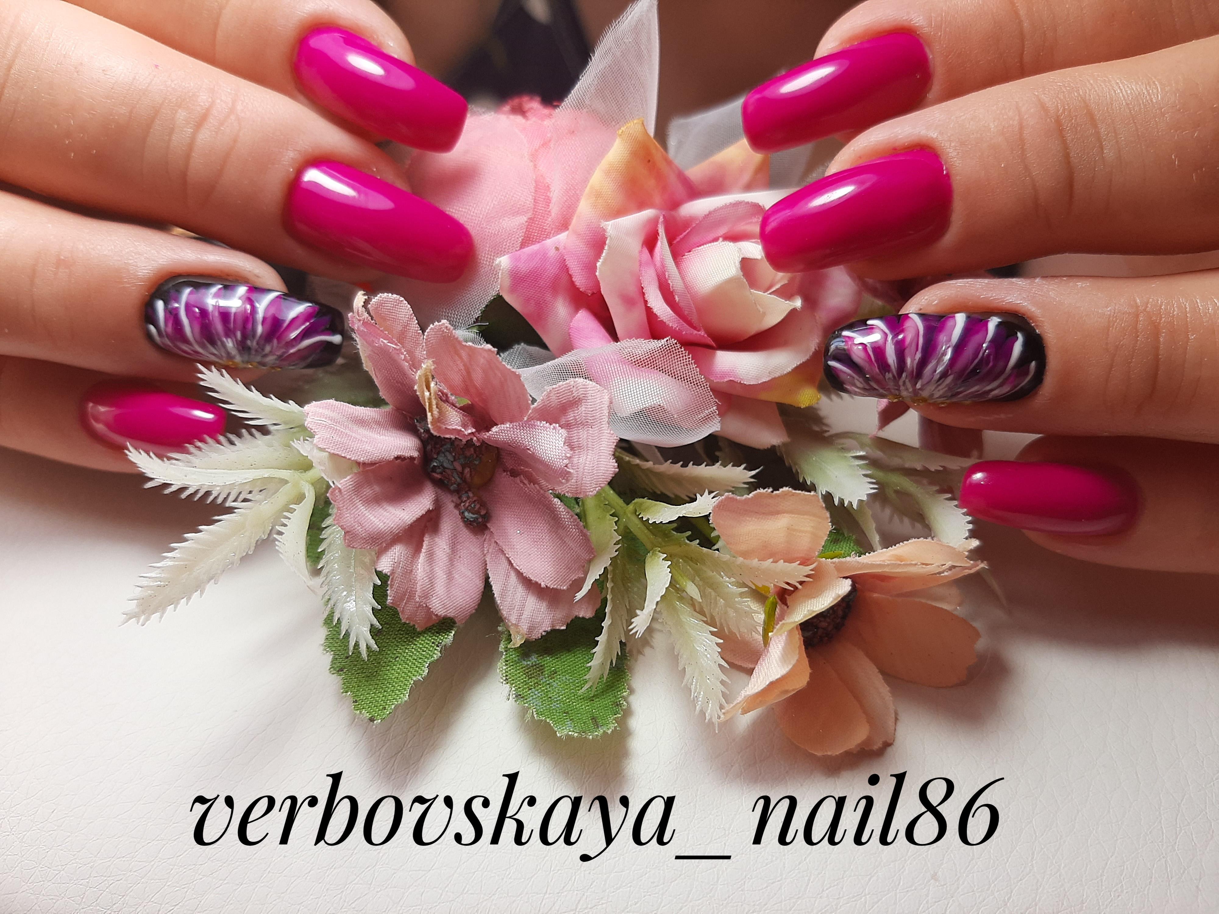 Маникюр с рисунком в цвете фуксия на длинные ногти.