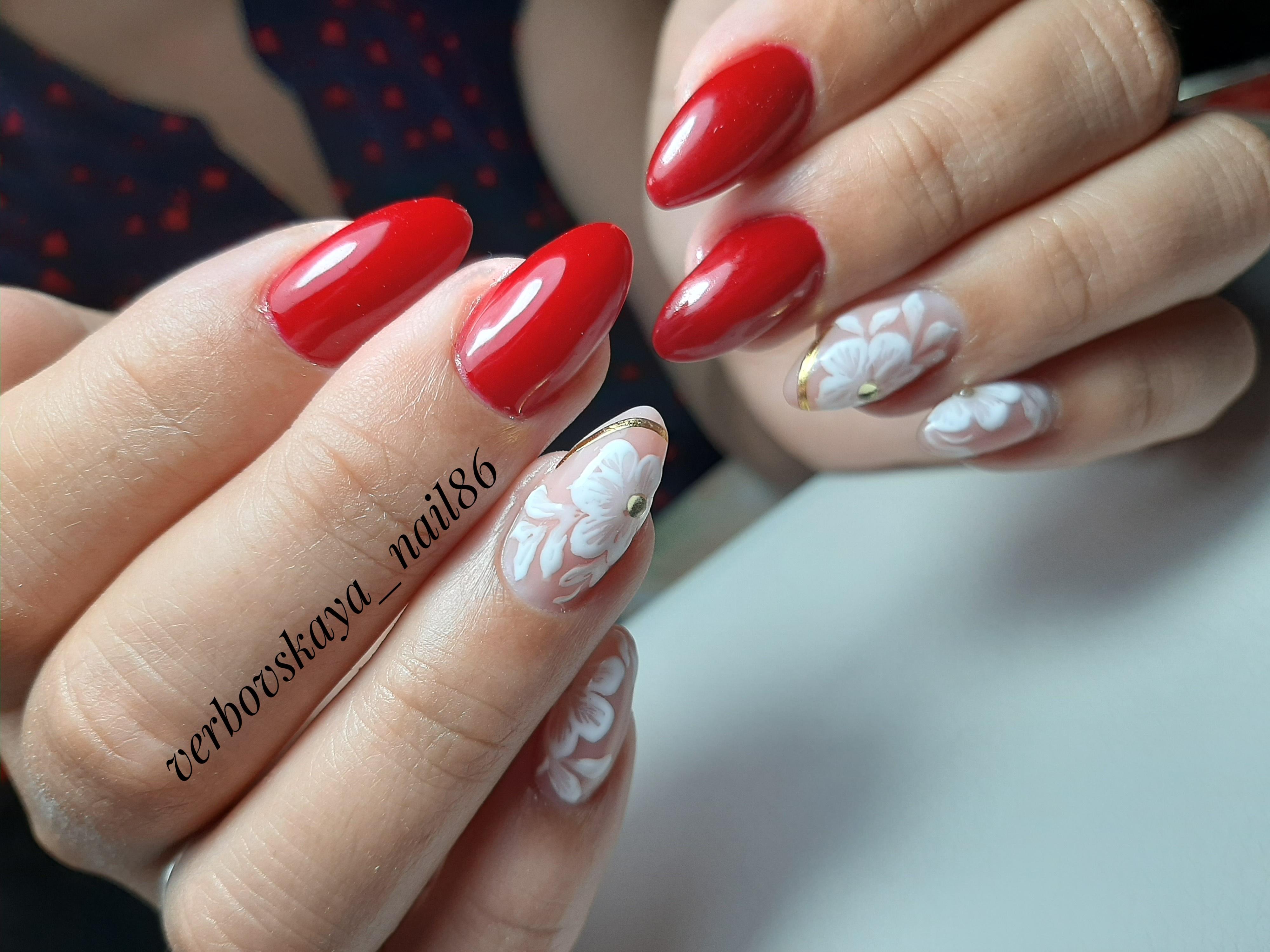 Маникюр с цветочным рисунком в красном цвете на длинные ногти.