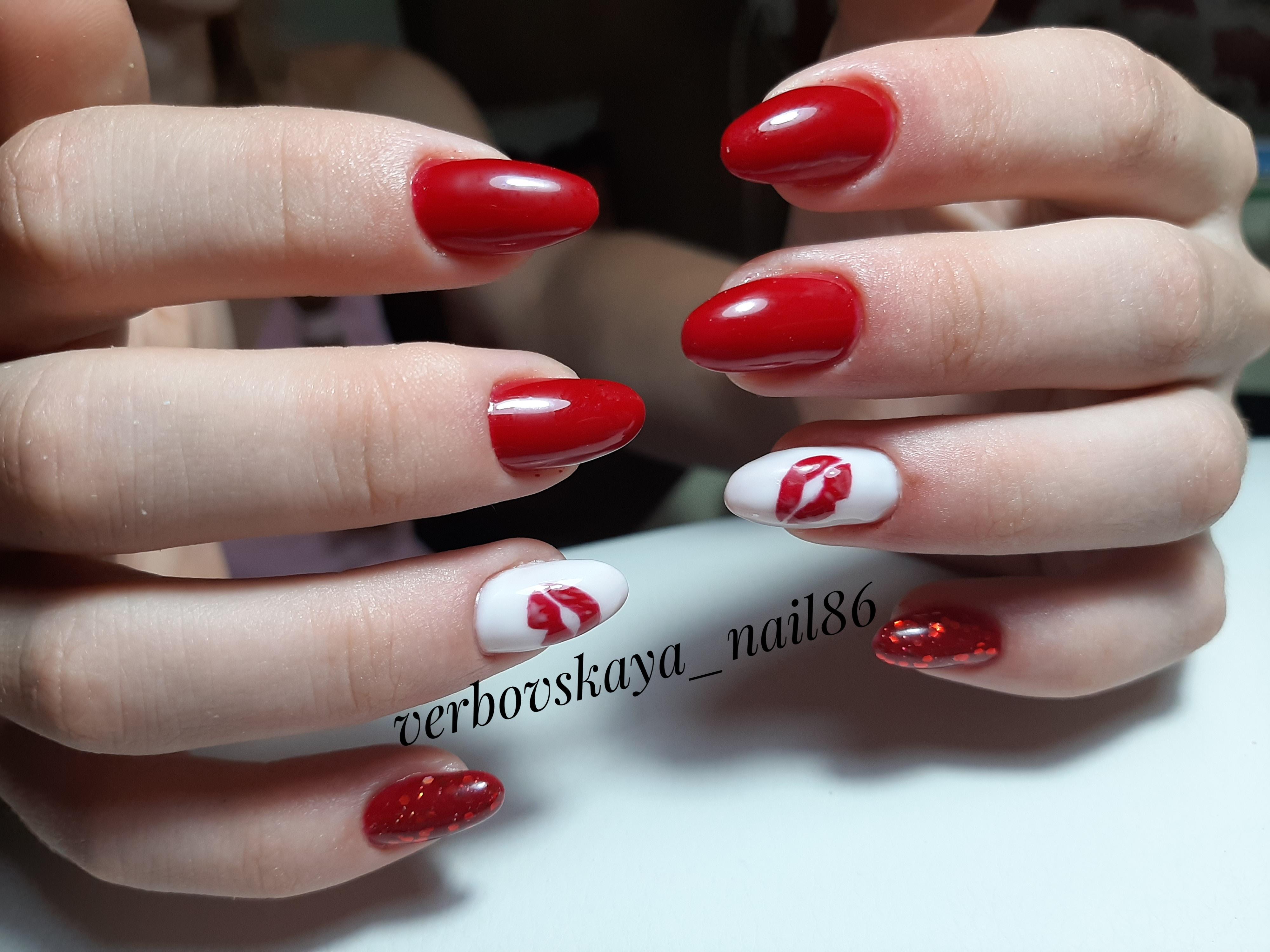 Маникюр со слайдерами в красном цвете на длинные ногти.