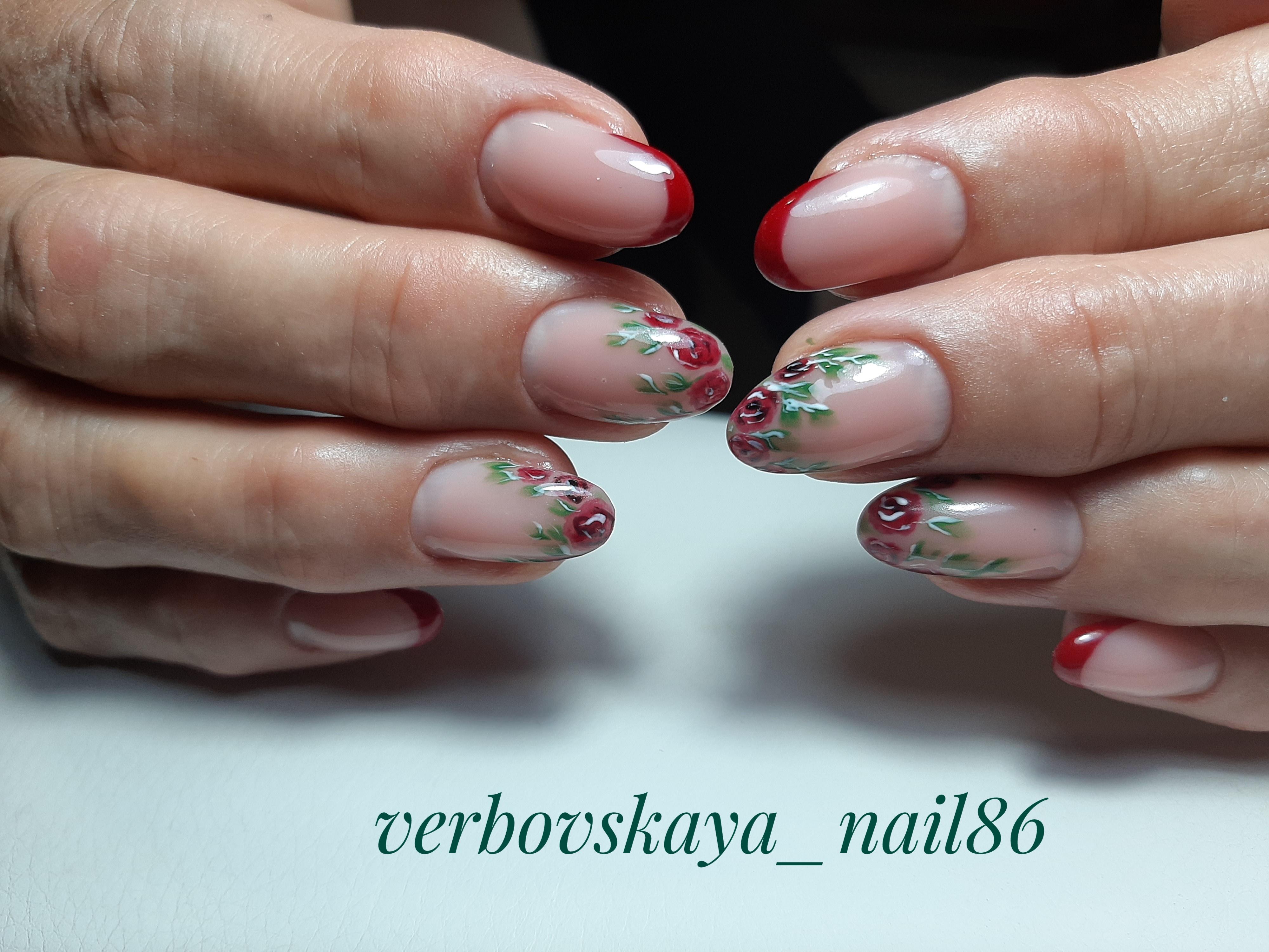 Френч с цветочным рисунком в темно-красном цвете на короткие ногти.
