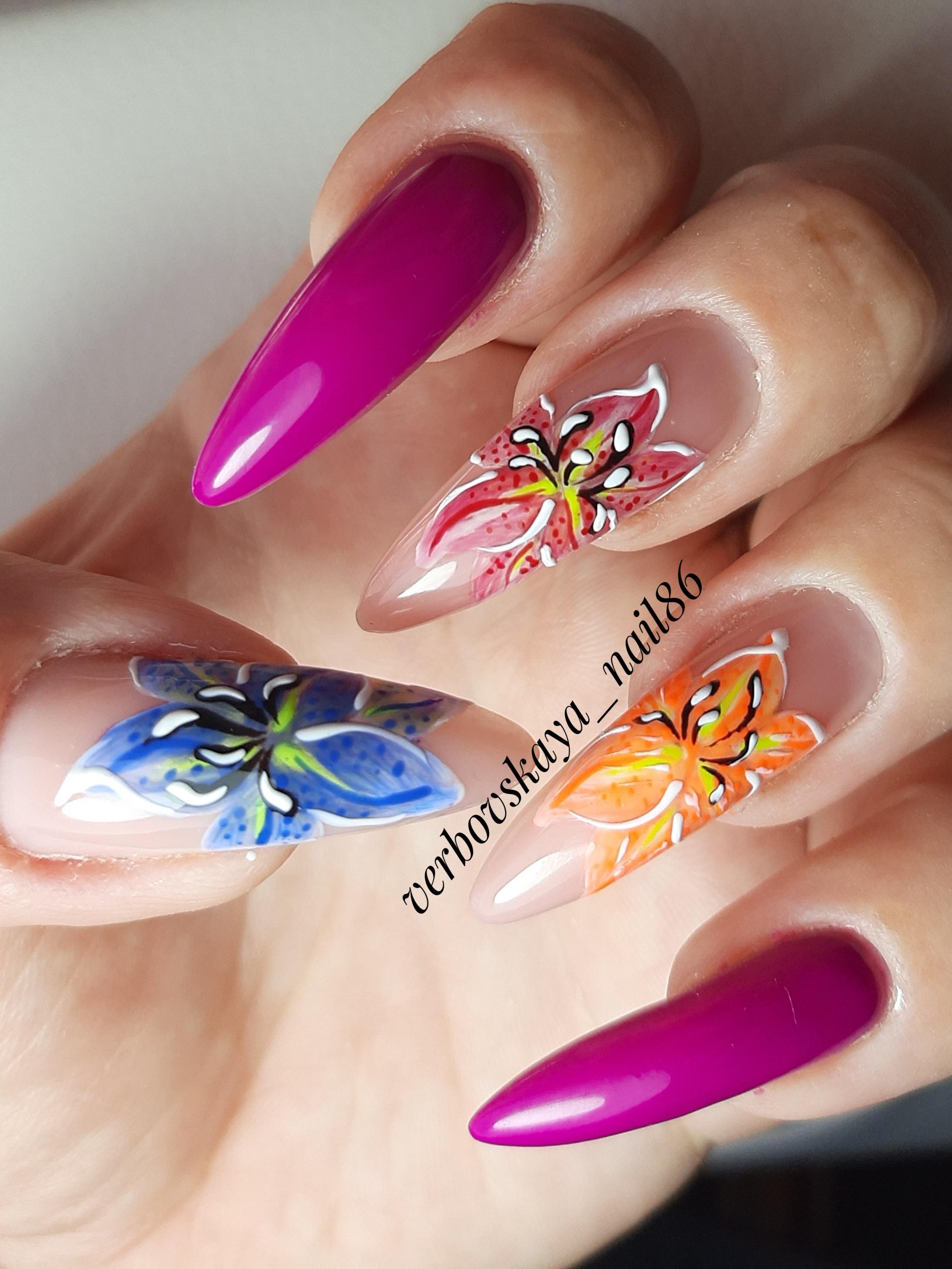 Маникюр с цветочным рисунком в баклажановом цвете на длинные ногти.