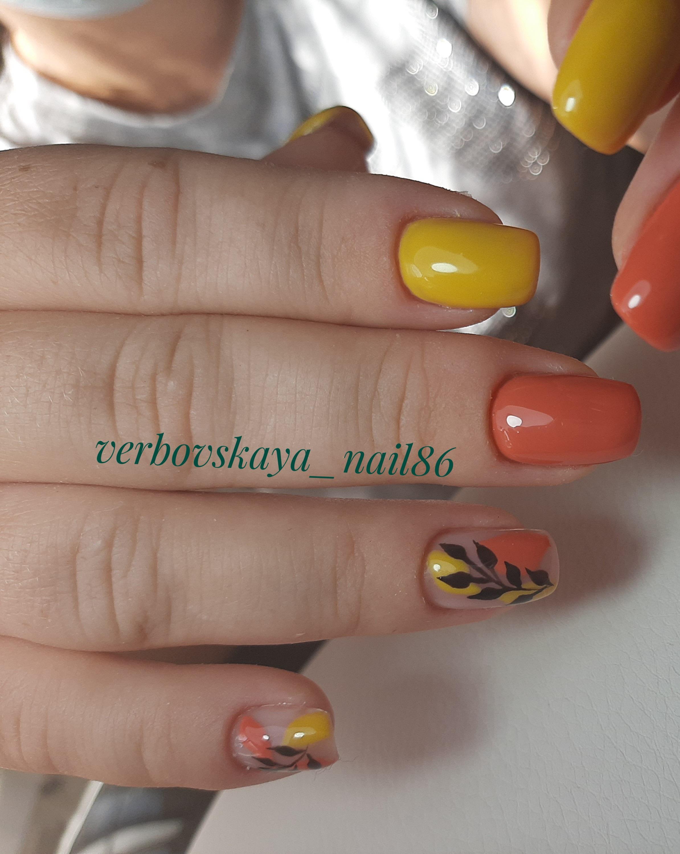 Маникюр с растительным рисунком на короткие ногти.