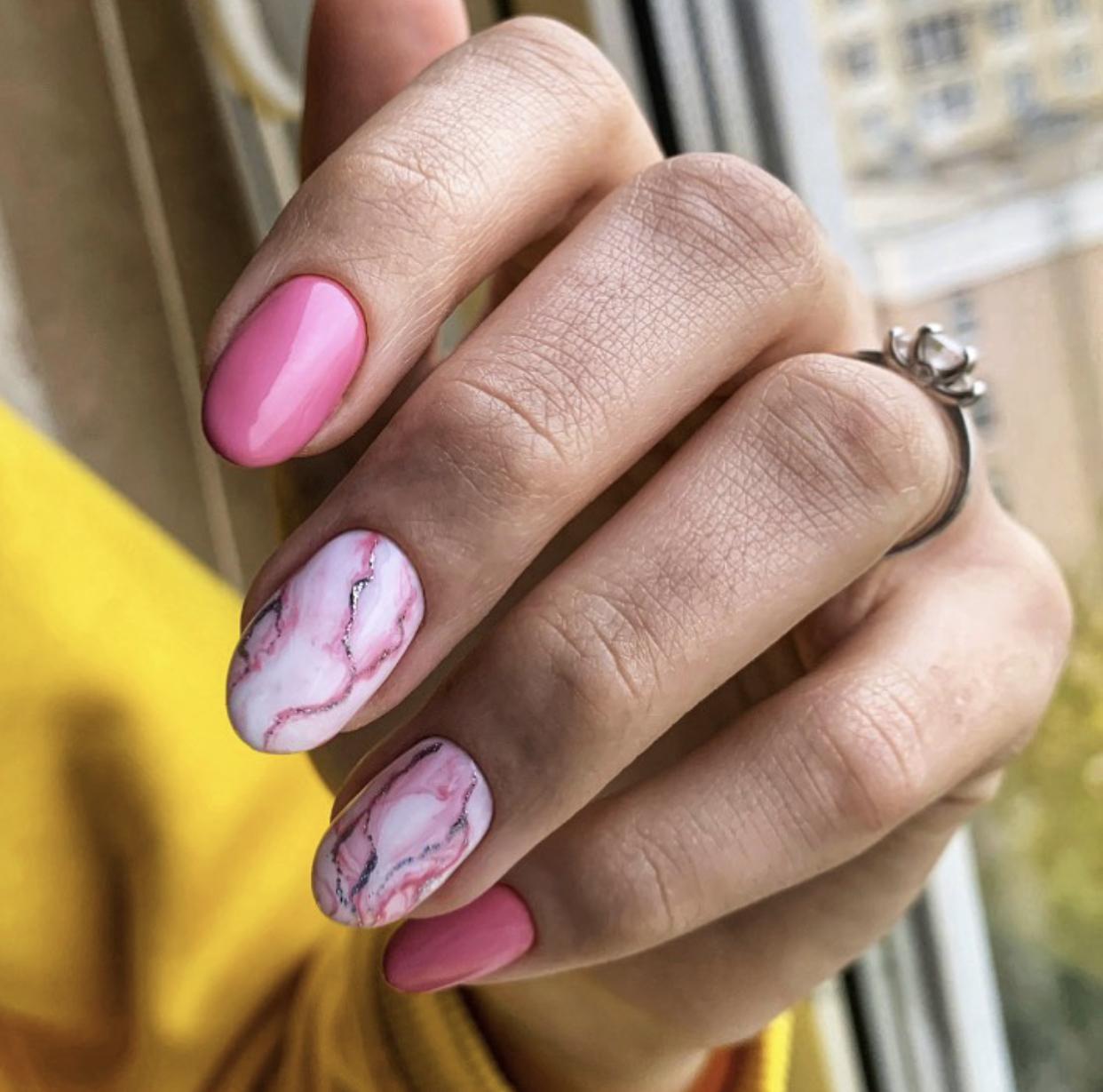 Маникюр с мраморным дизайном в розовом цвете на короткие ногти.