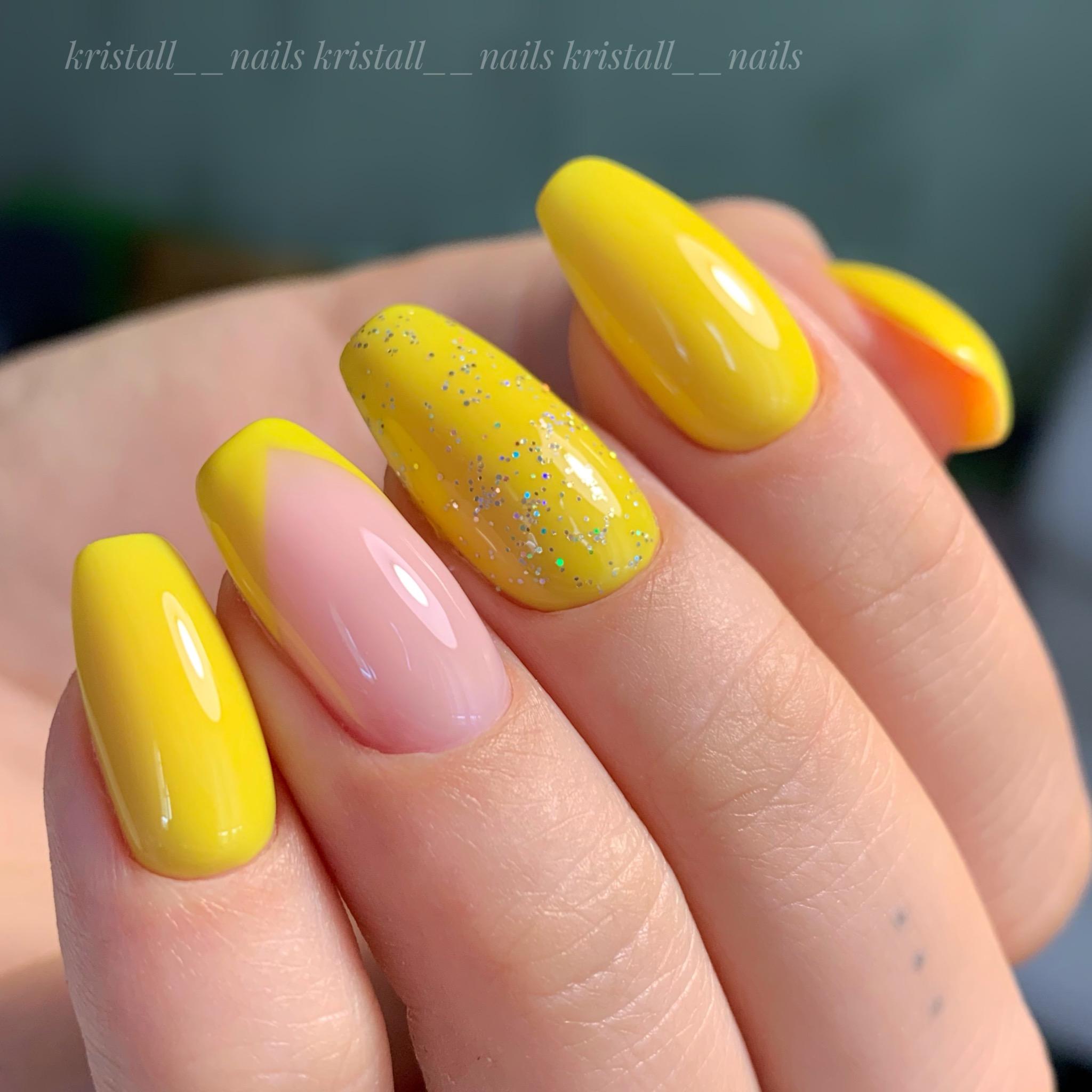 Маникюр с френч-дизайном и блестками в желтом цвете на длинные ногти.