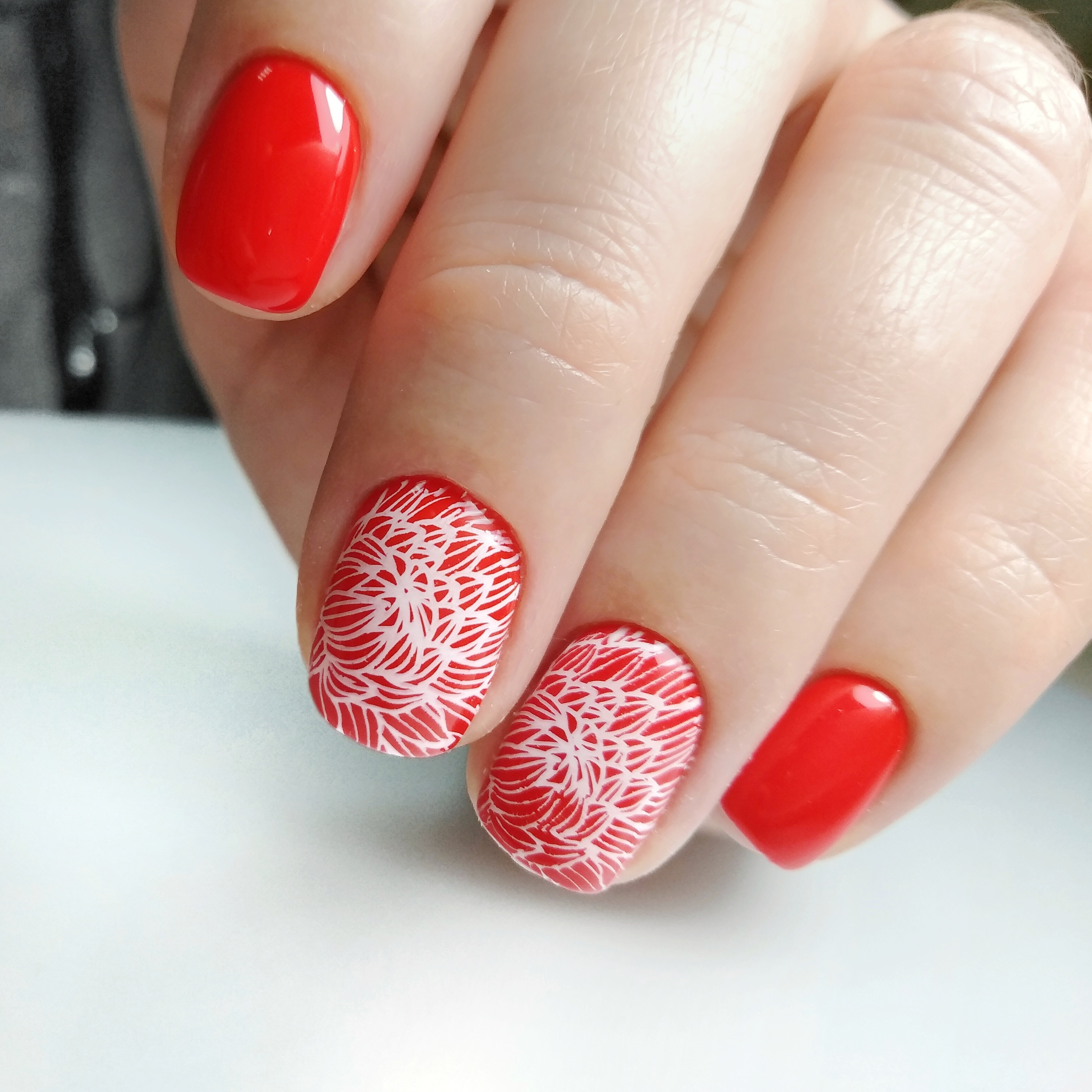 Маникюр со стемпингом в красном цвете.