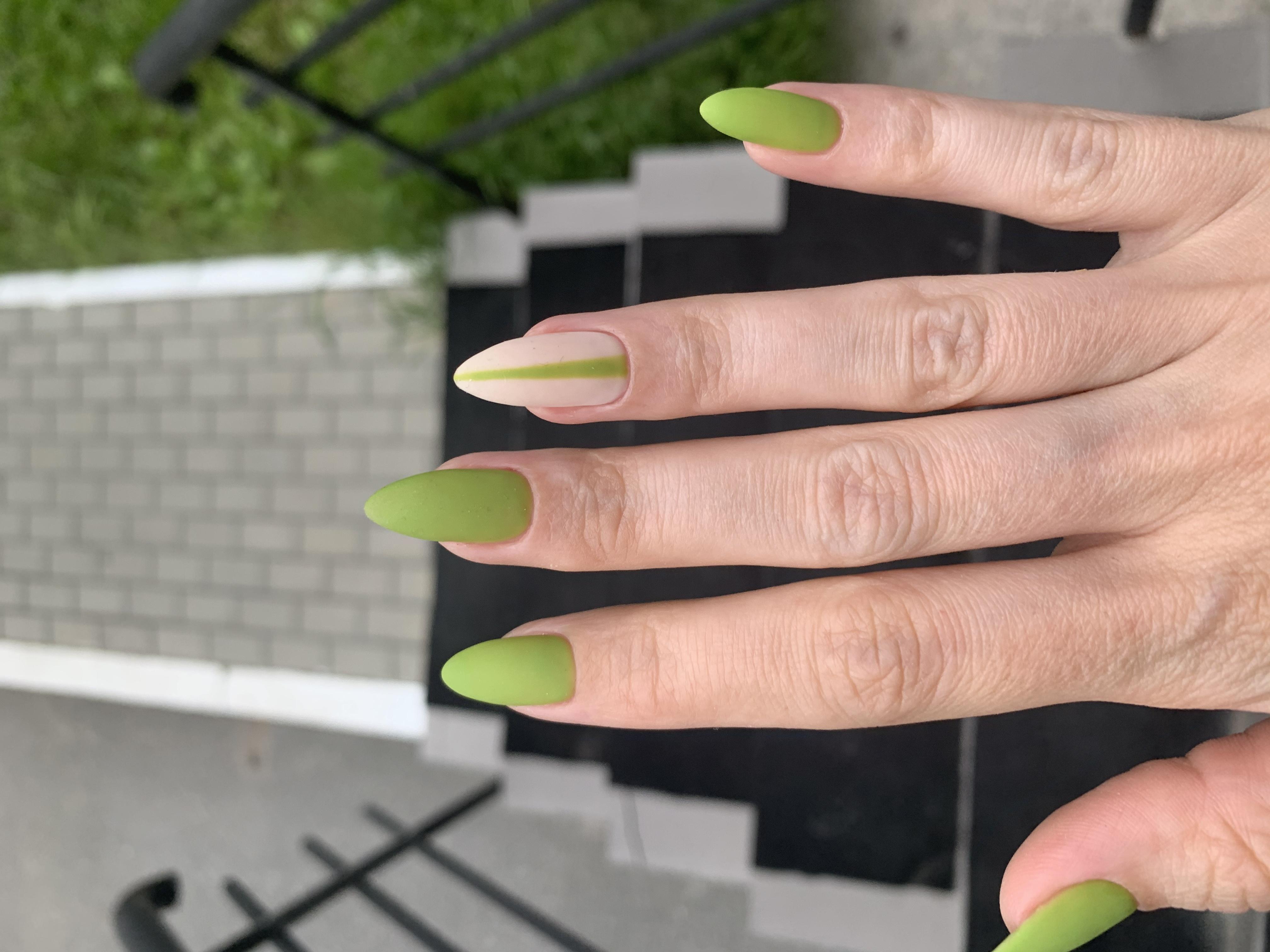 Матовый маникюр в оливковом цвете на длинные ногти.
