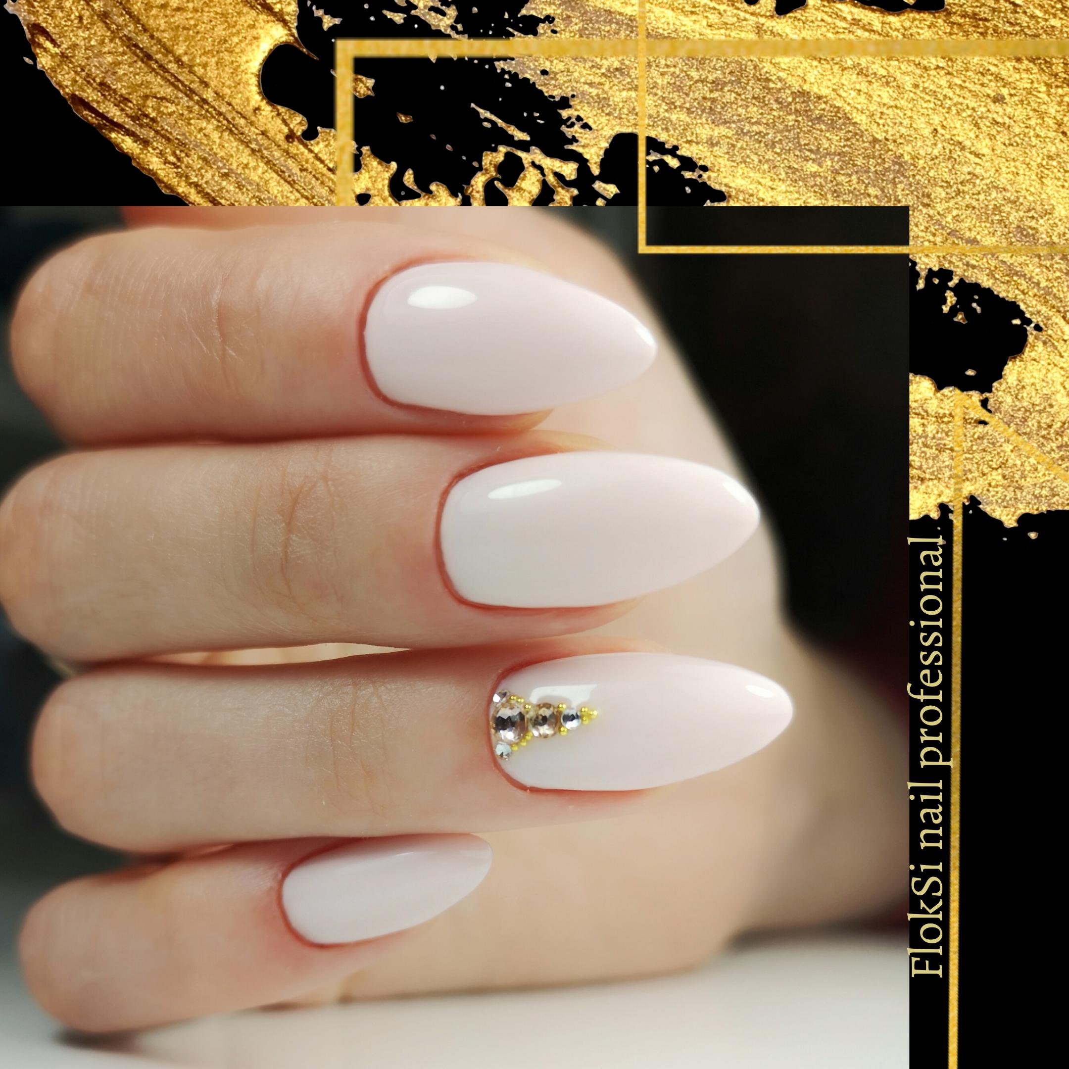 Маникюр с блестками в молочном цвете на длинные ногти.