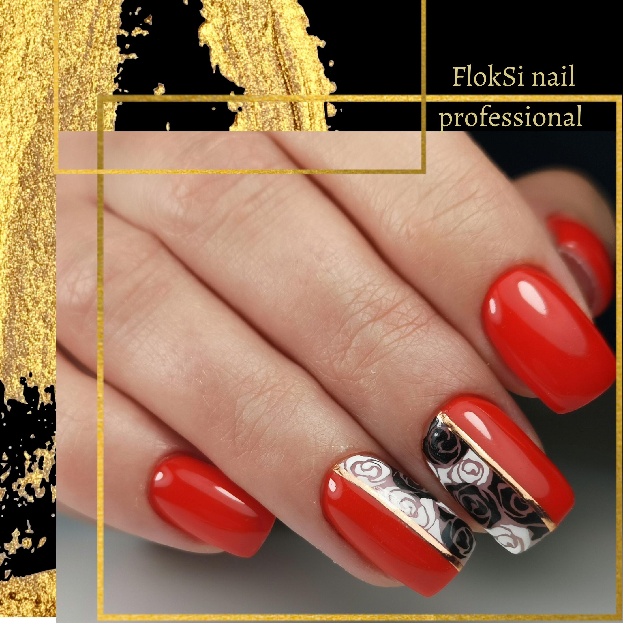 Маникюр с цветочными слайдерами в красном цвете на короткие ногти.