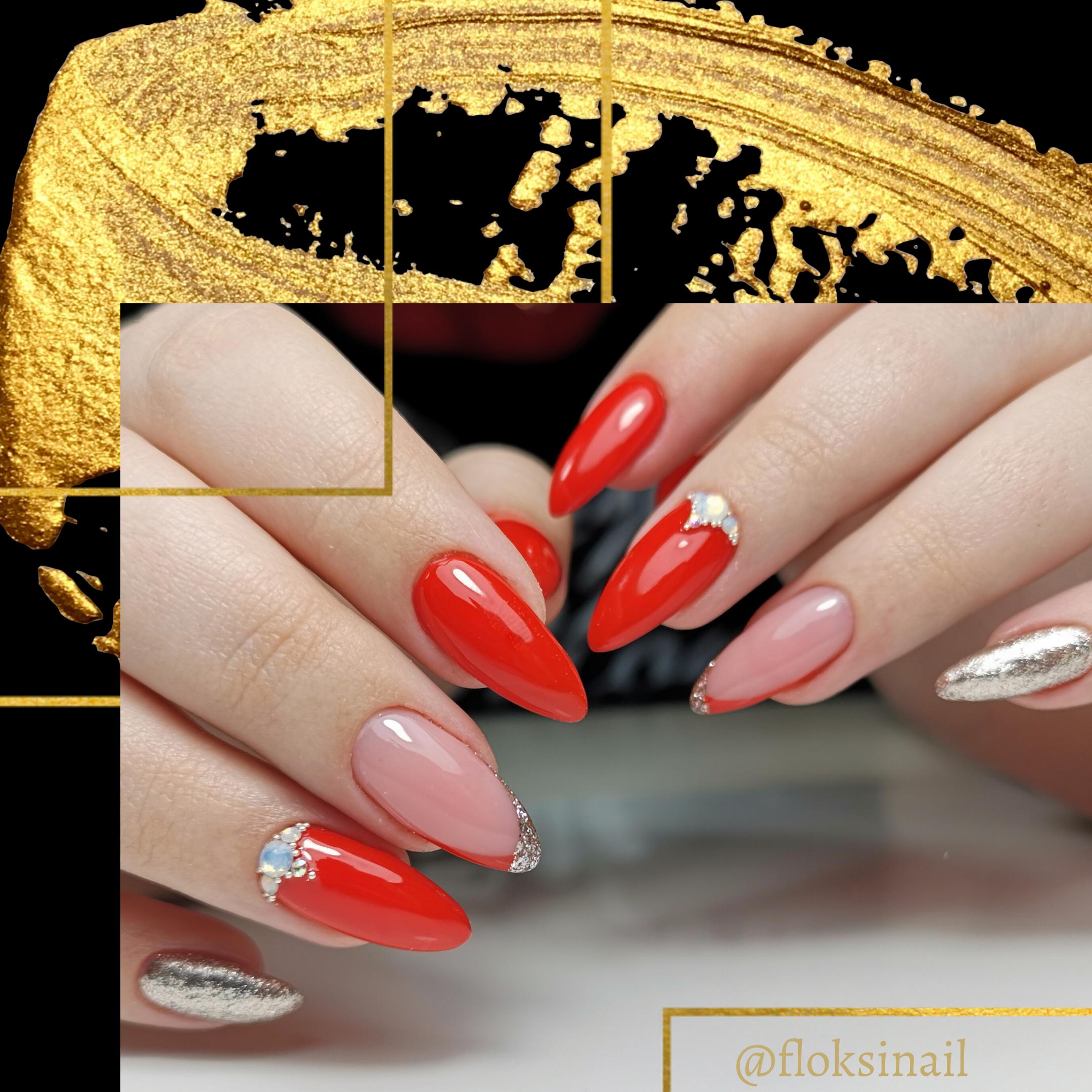 Маникюр с френч-дизайном, золотыми блестками и стразами в красном цвете на длинные ногти.