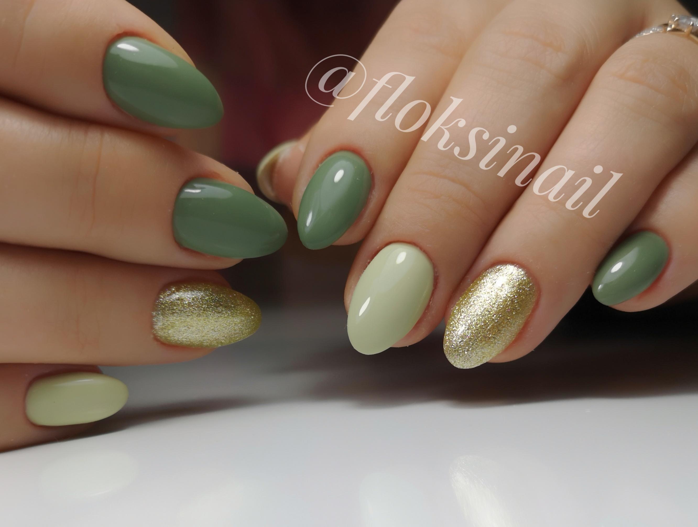 Маникюр с золотыми блестками в зеленом цвете.
