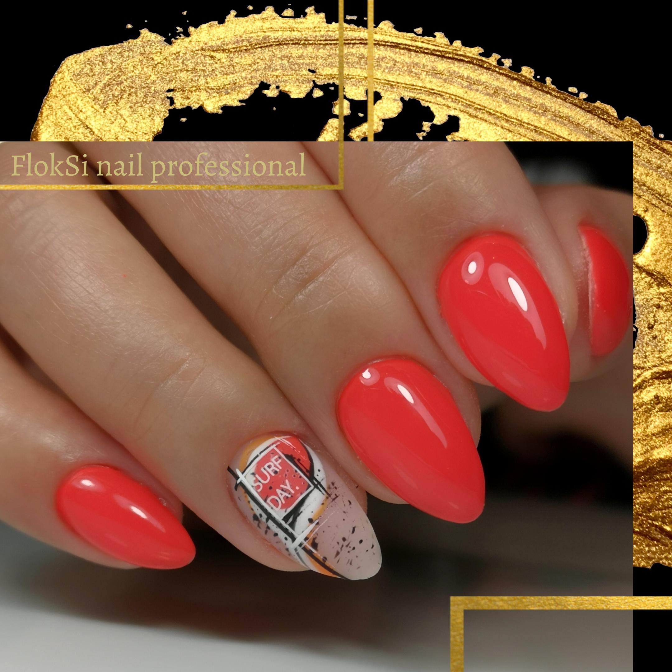 Маникюр с надписями в коралловом цвете на короткие ногти.