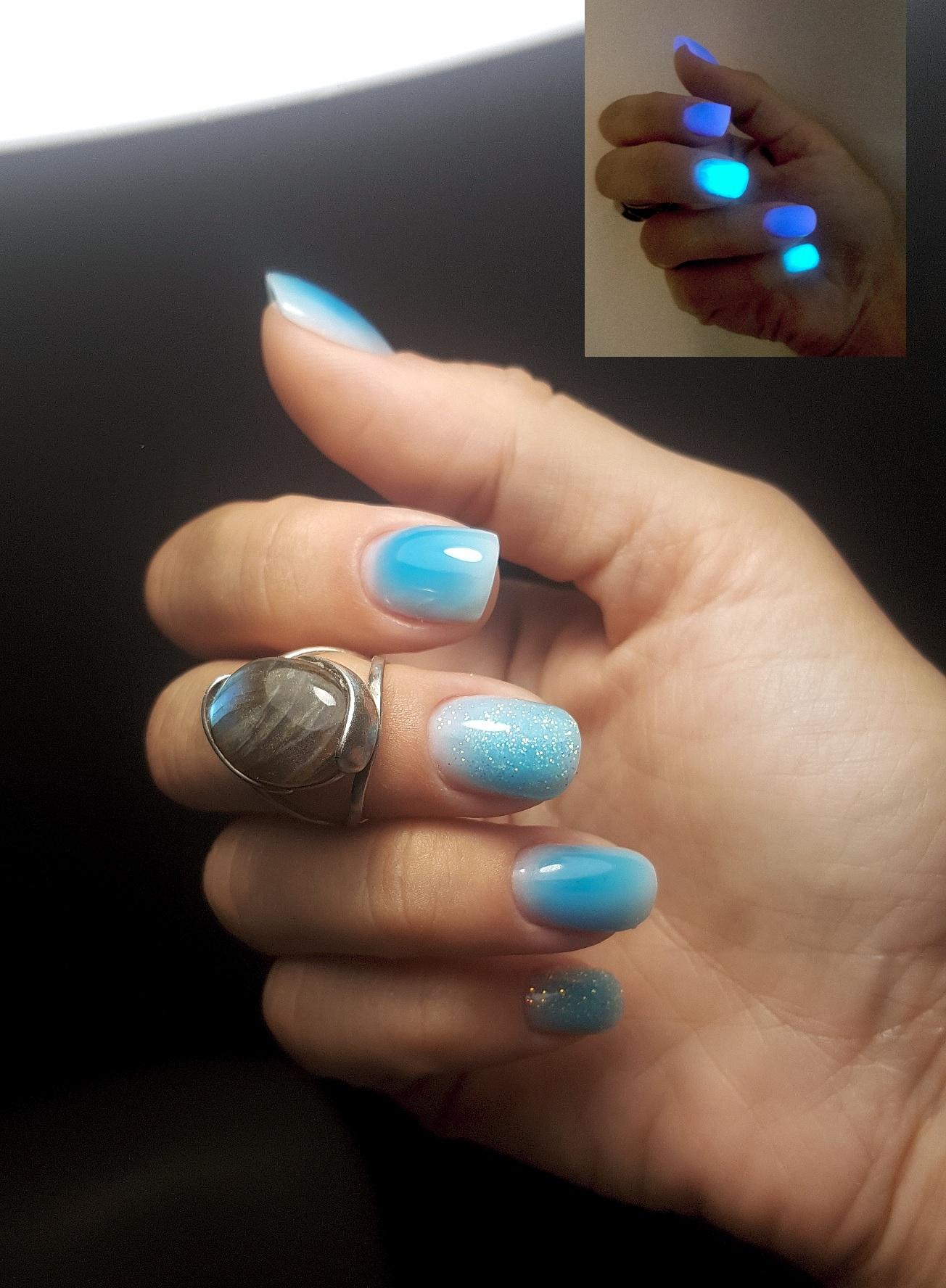 Светящийся в темноте полигель и такая же пудра другого оттенка (на фото в правом верхнем углу, все не влезло). Выравнивание замесом из витражного лака и геля и пудры люминесцентной с гелем