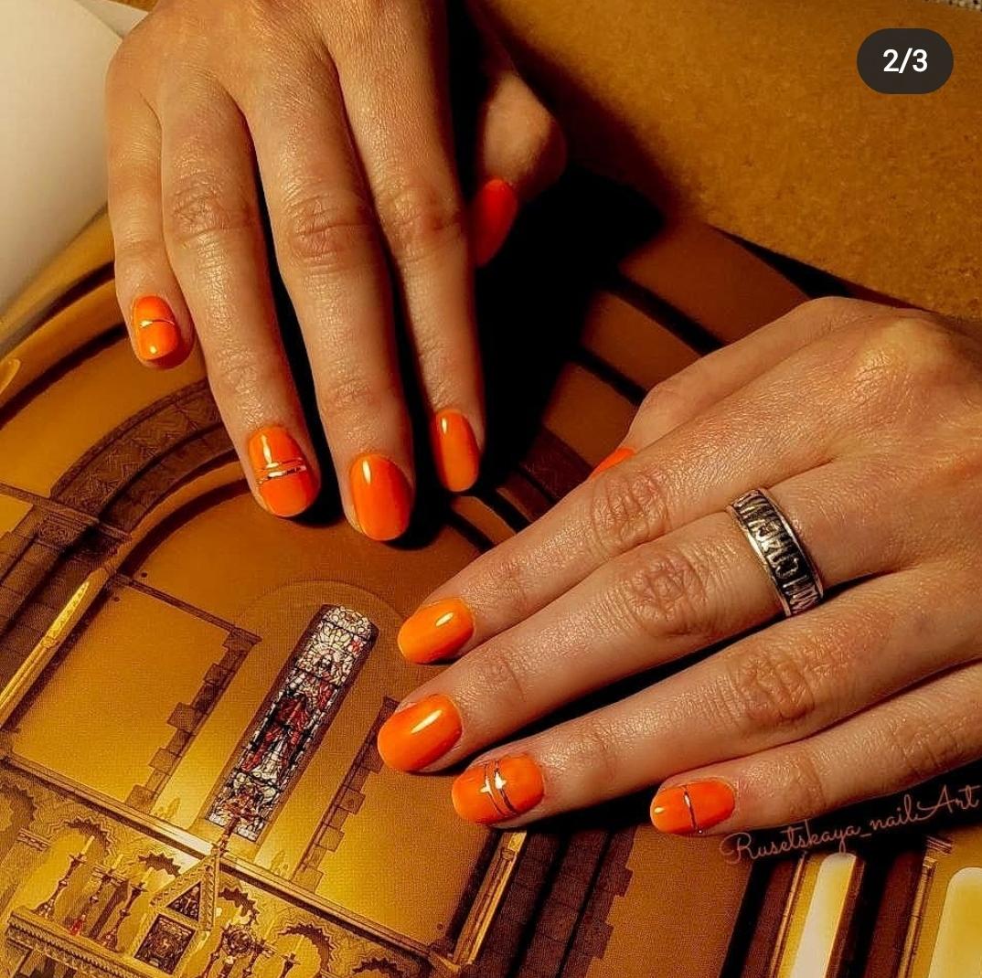 Оранжевый маникюр с металлическими вставками и матовым топом между вставками