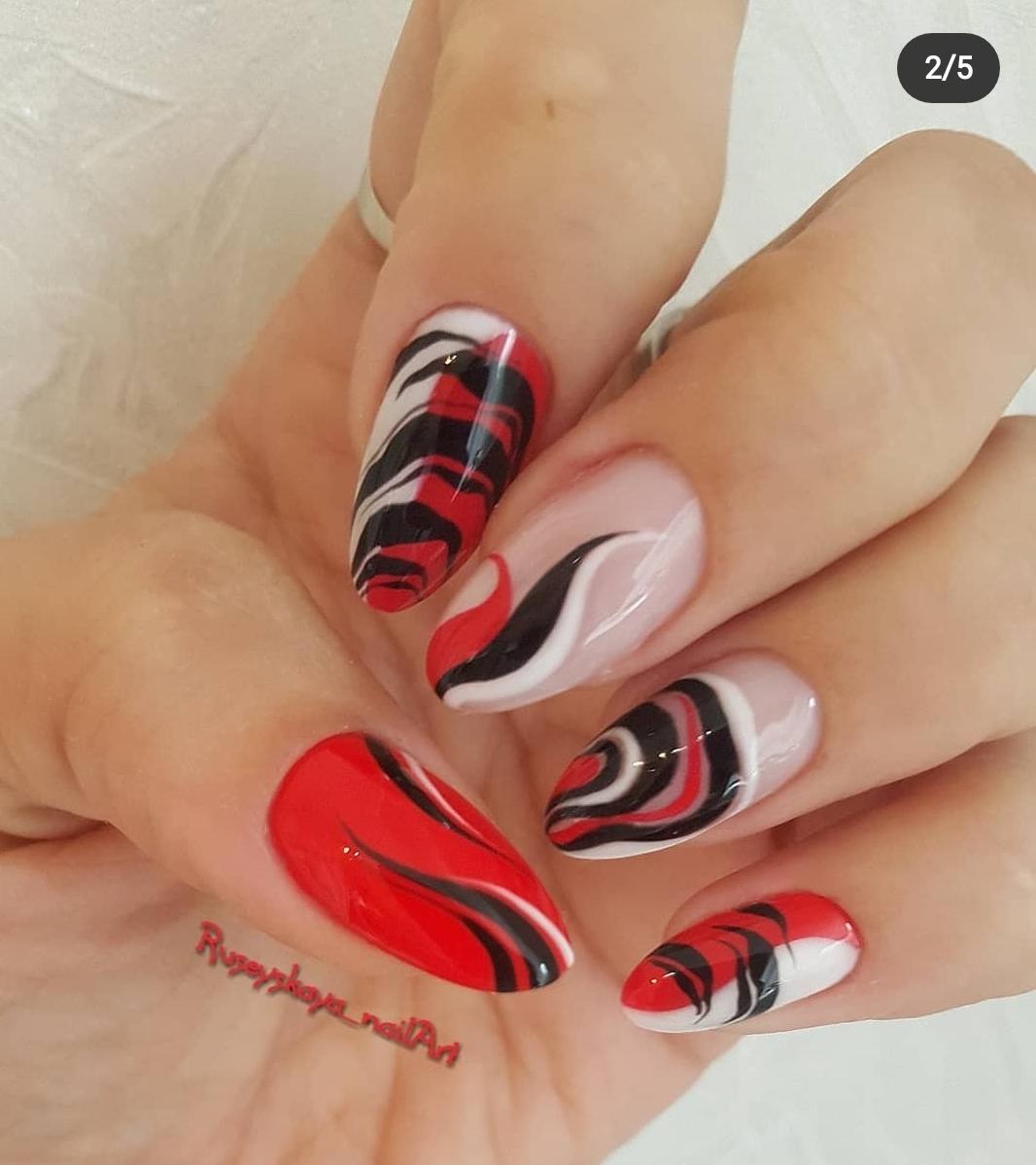 Маникюр с красно-черно-белой абстрактной росписью