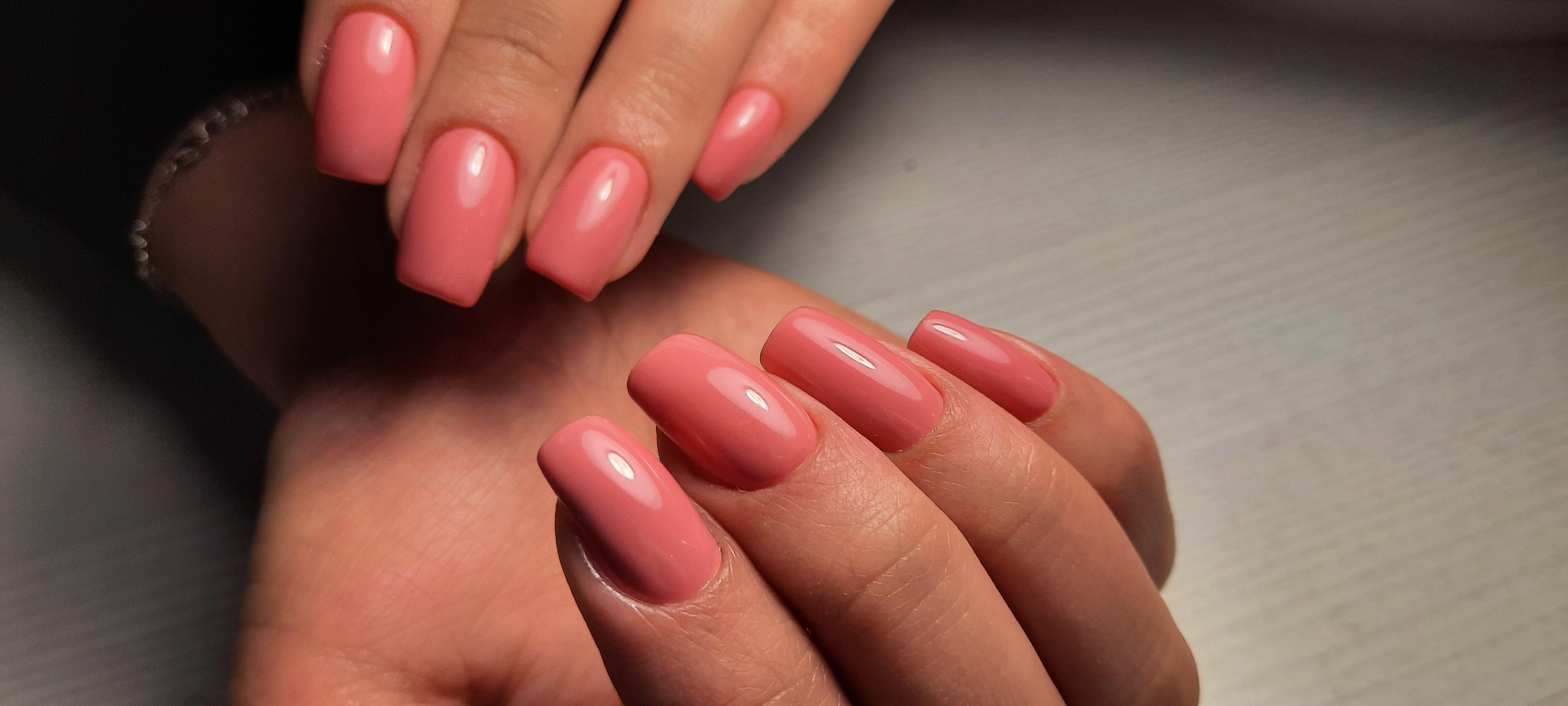 Маникюр в розовом цвете на длинные ногти.