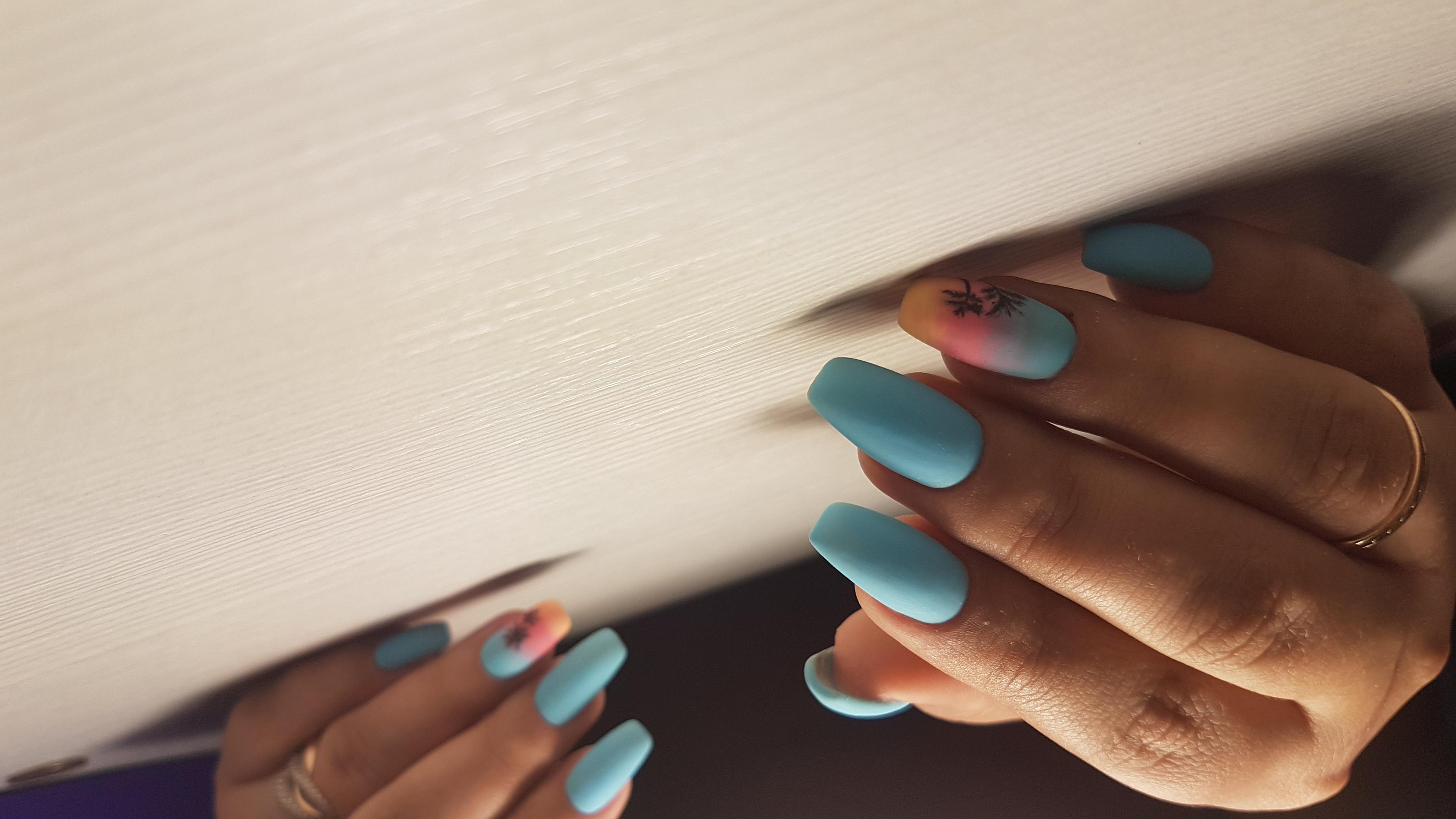 Матовый маникюр с градиентом и рисунком в голубом цвете на длинные ногти.