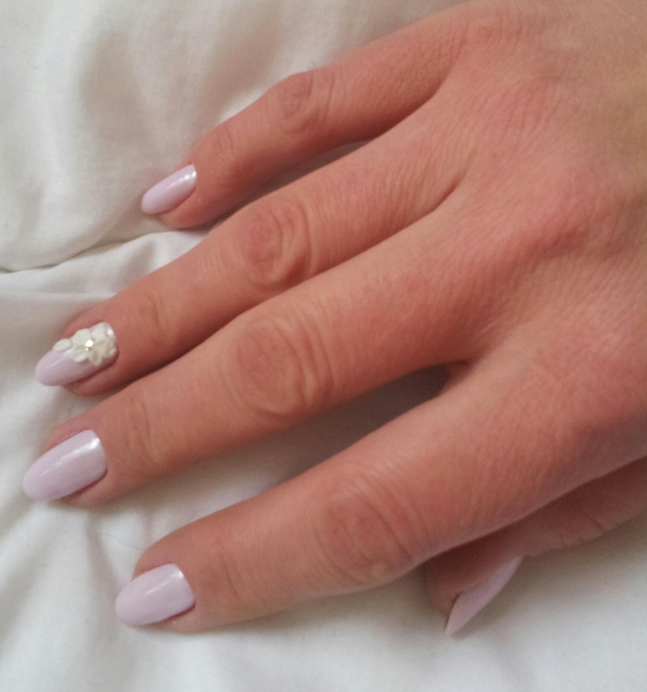 Маникюр с цветочной лепкой в сиреневом цвете на короткие ногти.