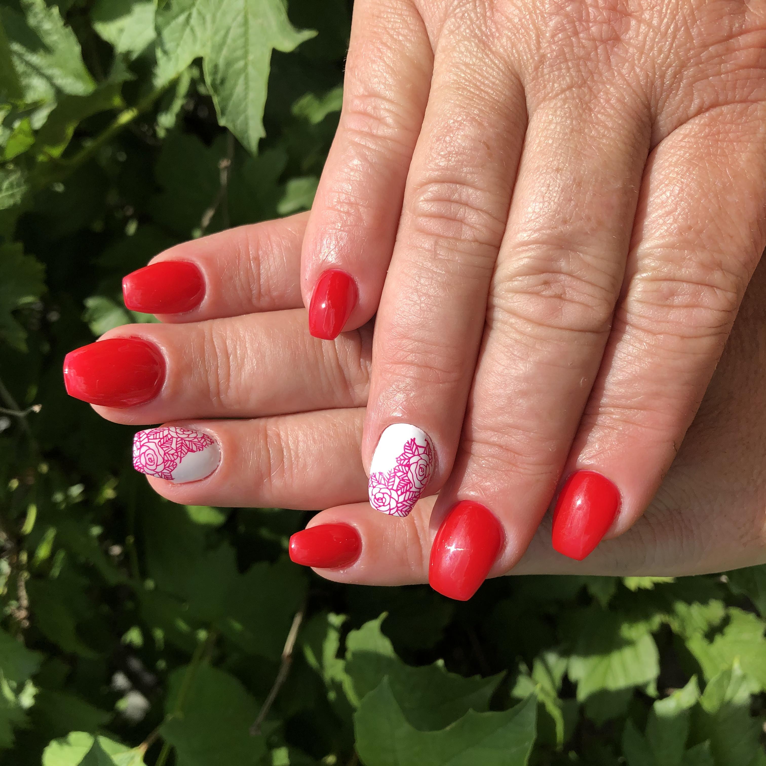 Маникюр с кружевным дизайном в красном цветен а короткие ногти.