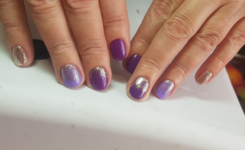 Маникюр с золотыми блестками в фиолетовом цвете.