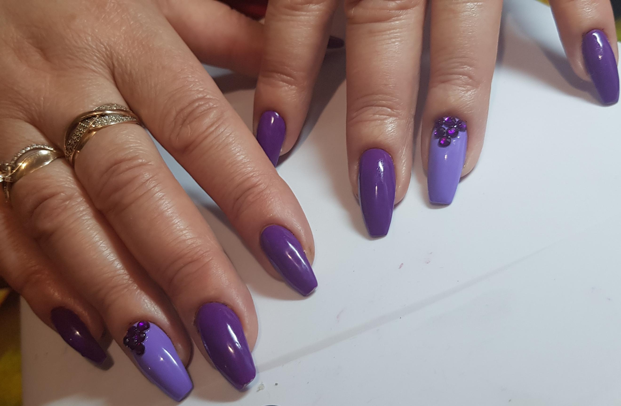 Маникюр со стразами в фиолетовом цвете.