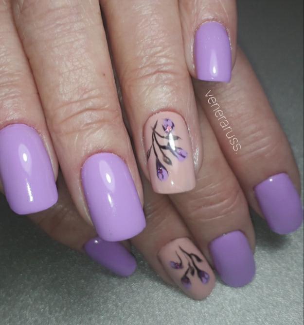 Маникюр с цветочным рисунком в сиреневом цвете.