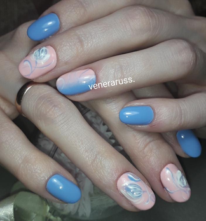 Маникюр с цветочным рисунком и градиентом в голубом цвете.