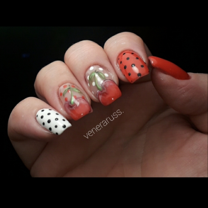 Маникюр в горошек с вишнями в красном цвете на короткие ногти.