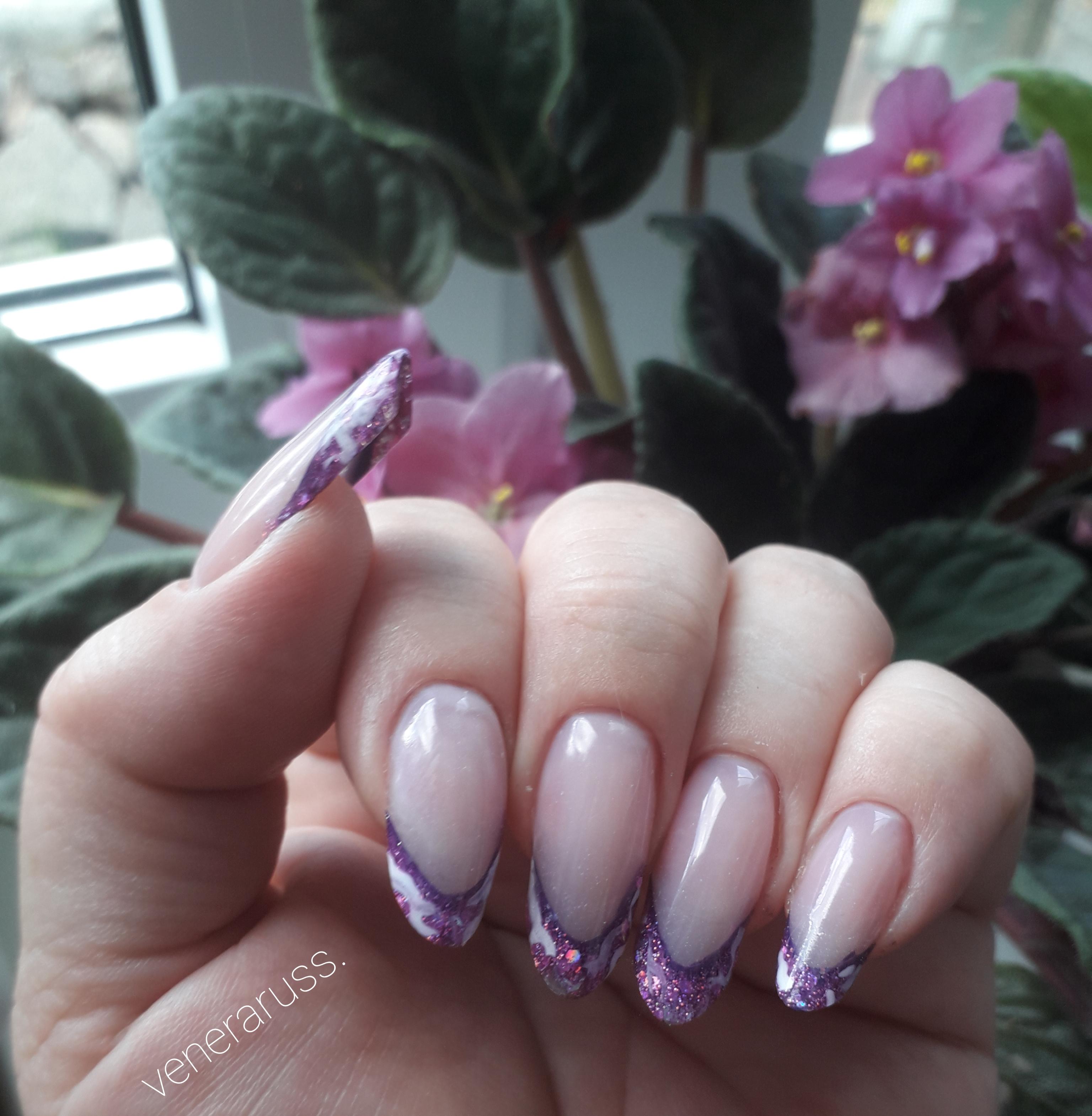 Выкладной френч в фиолетовом цвете на длинные ногти.
