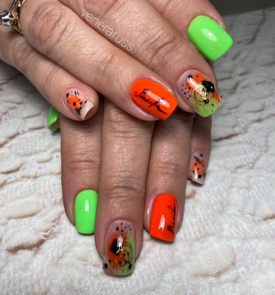 Разноцветный маникюр с абстрактным рисунком и надписями на короткие ногти.