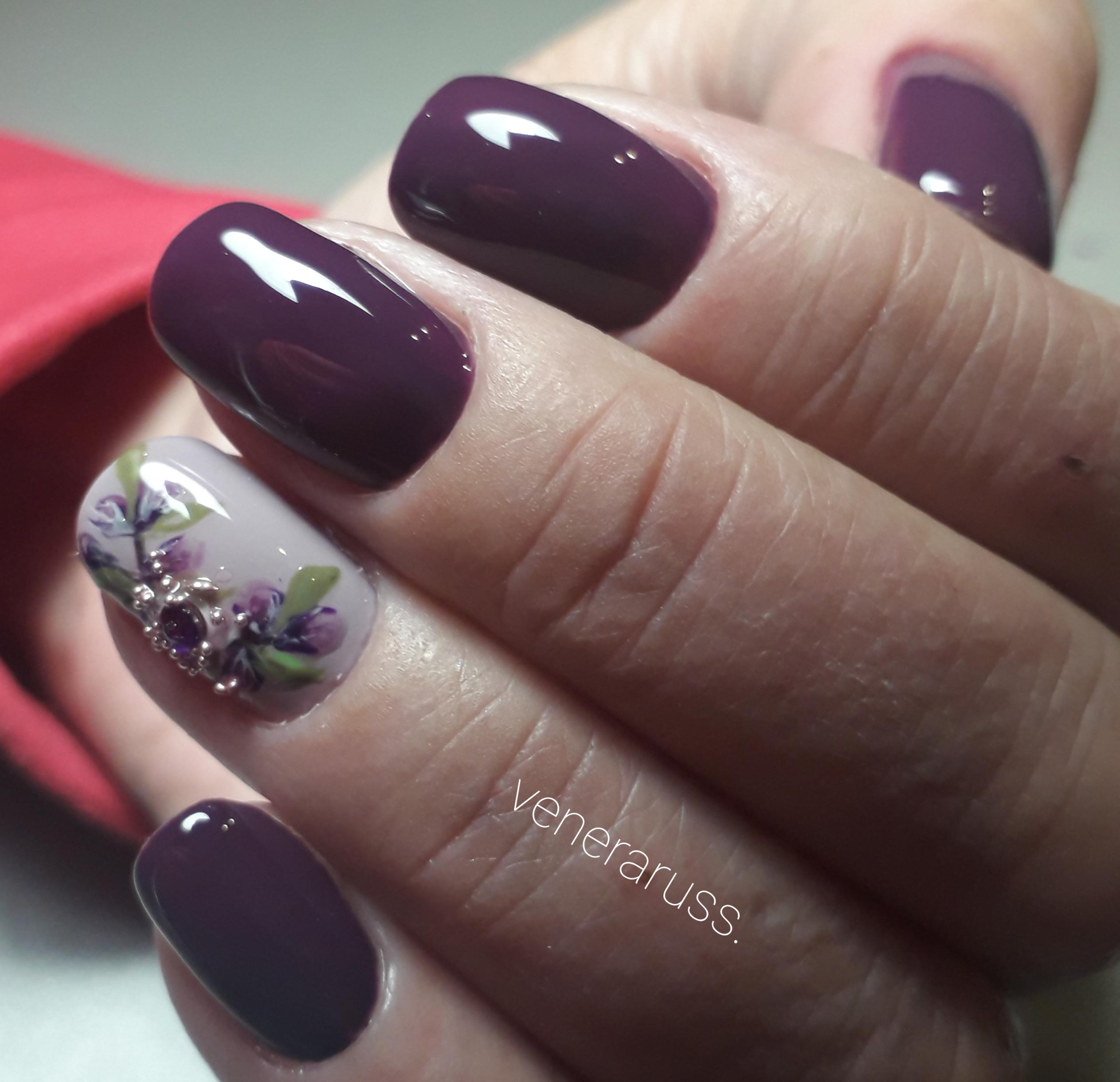 Маникюр с цветочным рисунком и стразами в баклажановом цвете на короткие ногти.