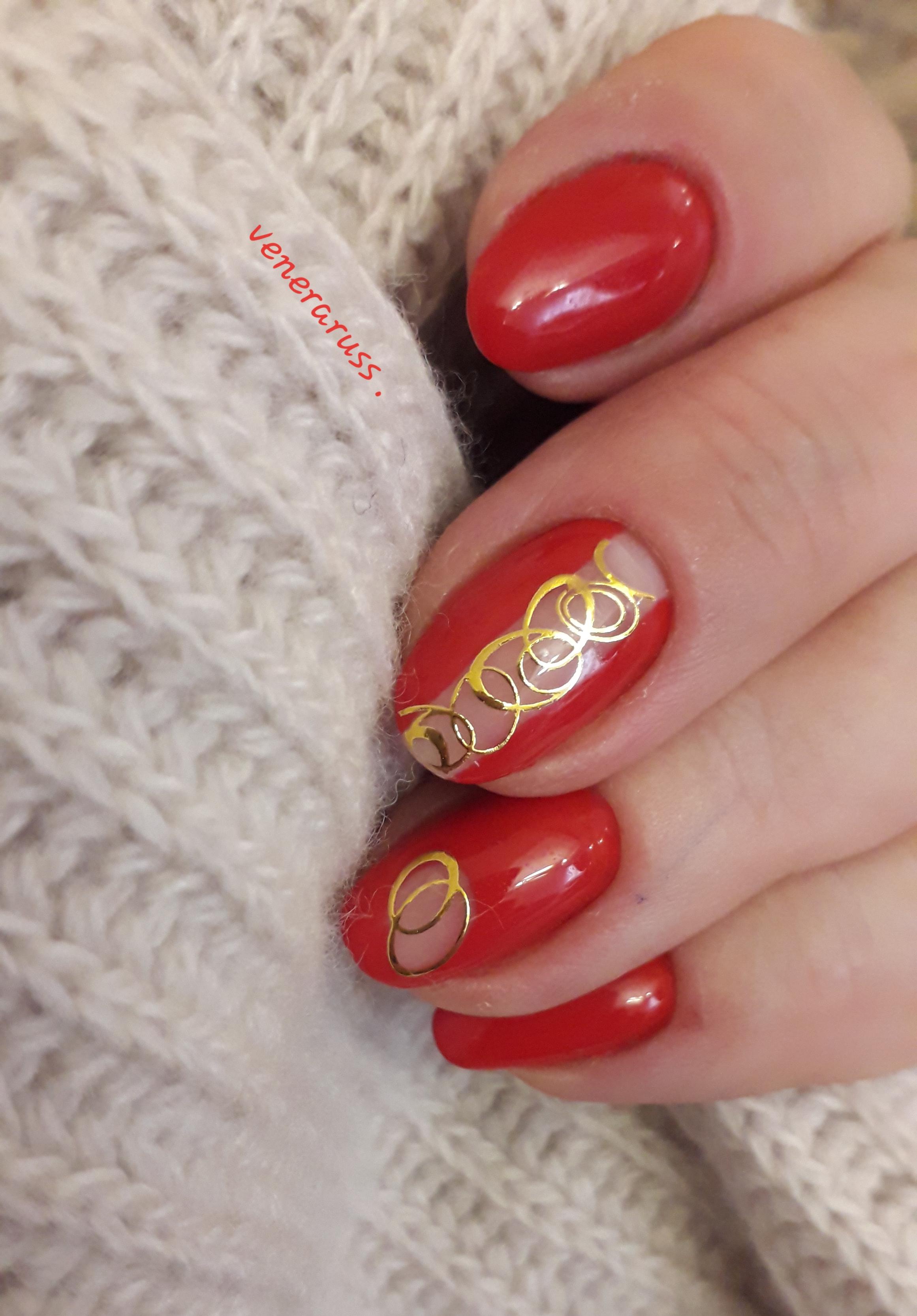 Маникюр с золотыми слайдерами в красном цвете.