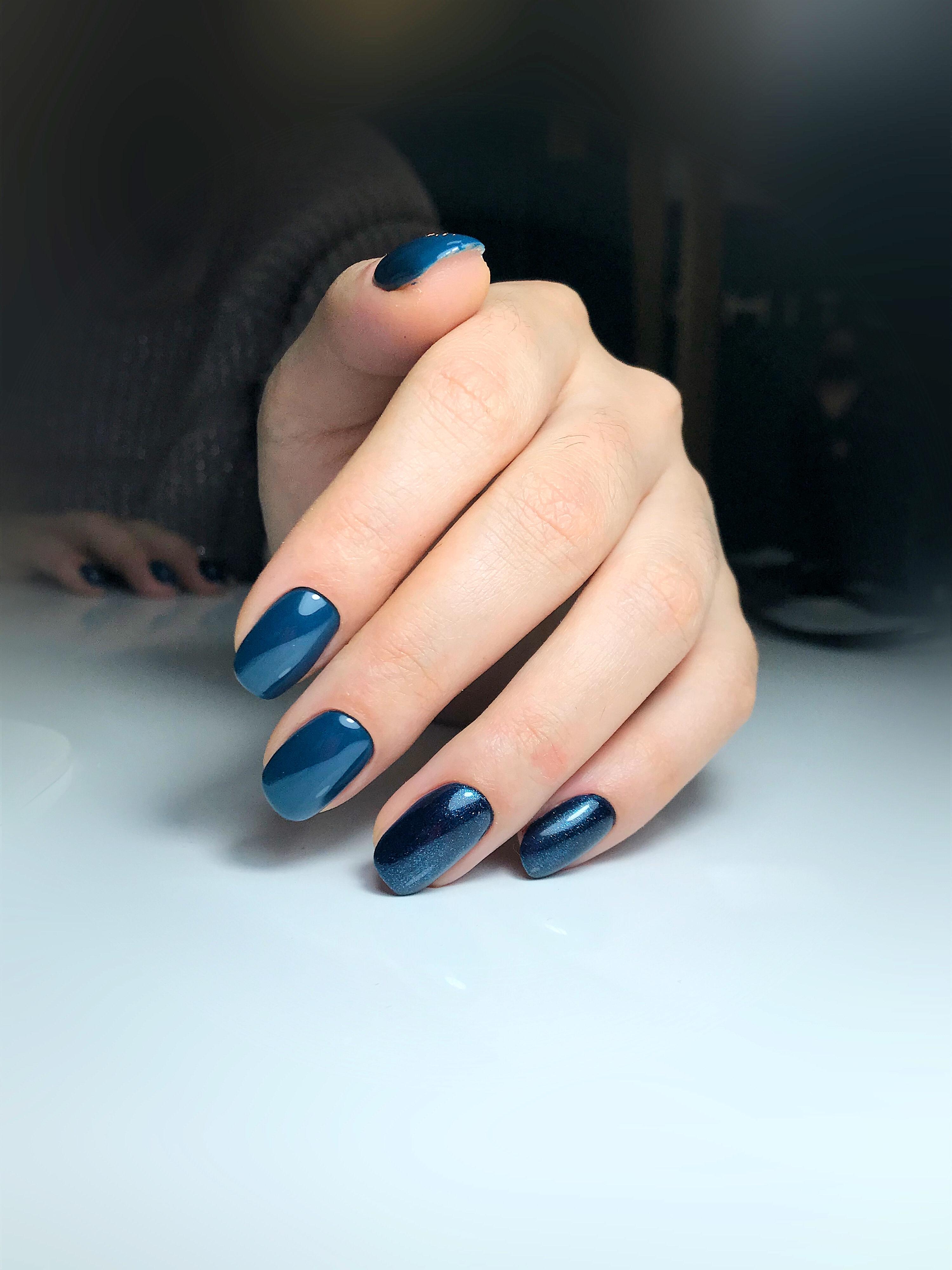 Маникюр в темно-синем цвете.
