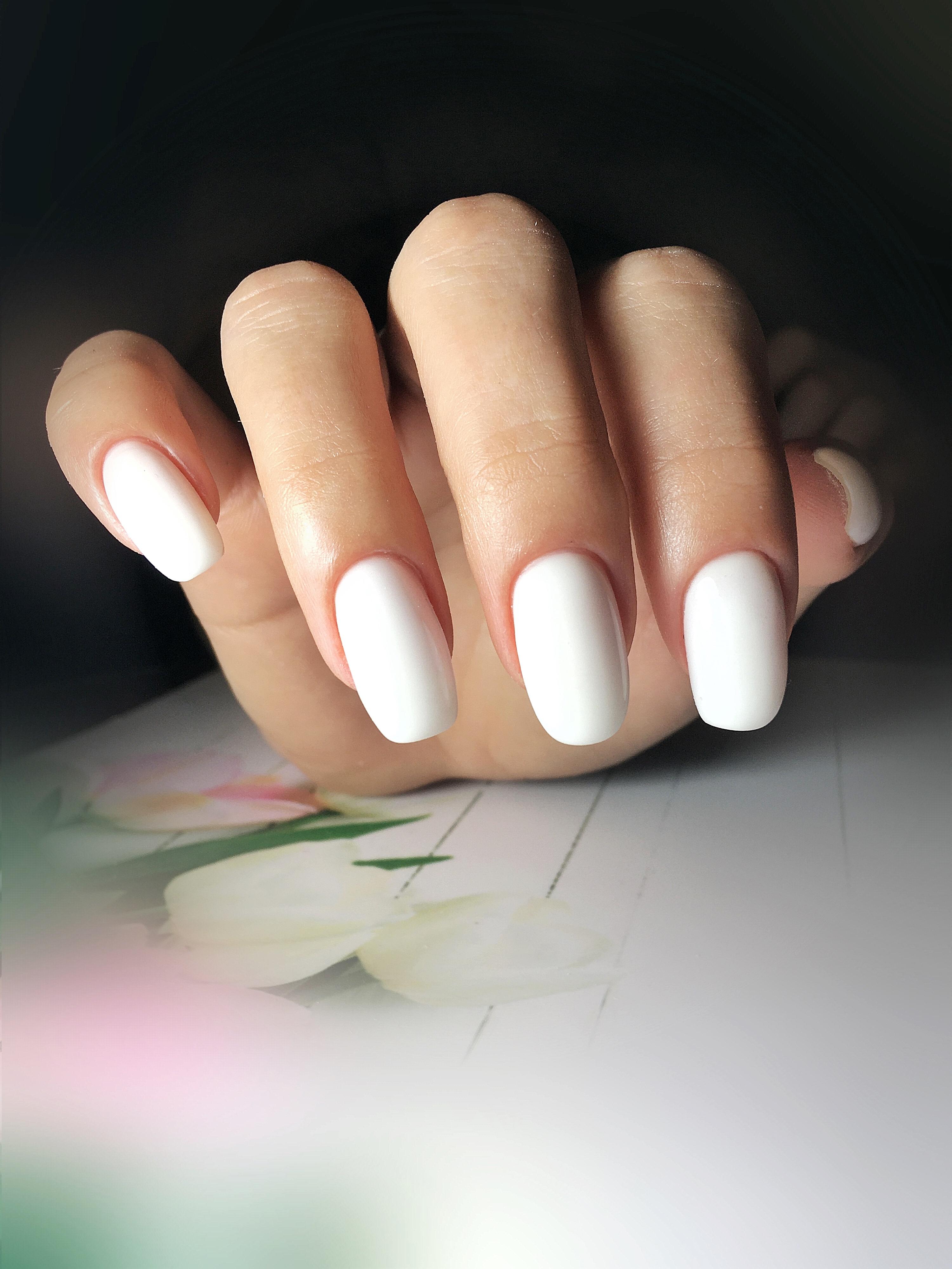 Матовый маникюр в белом цвете.